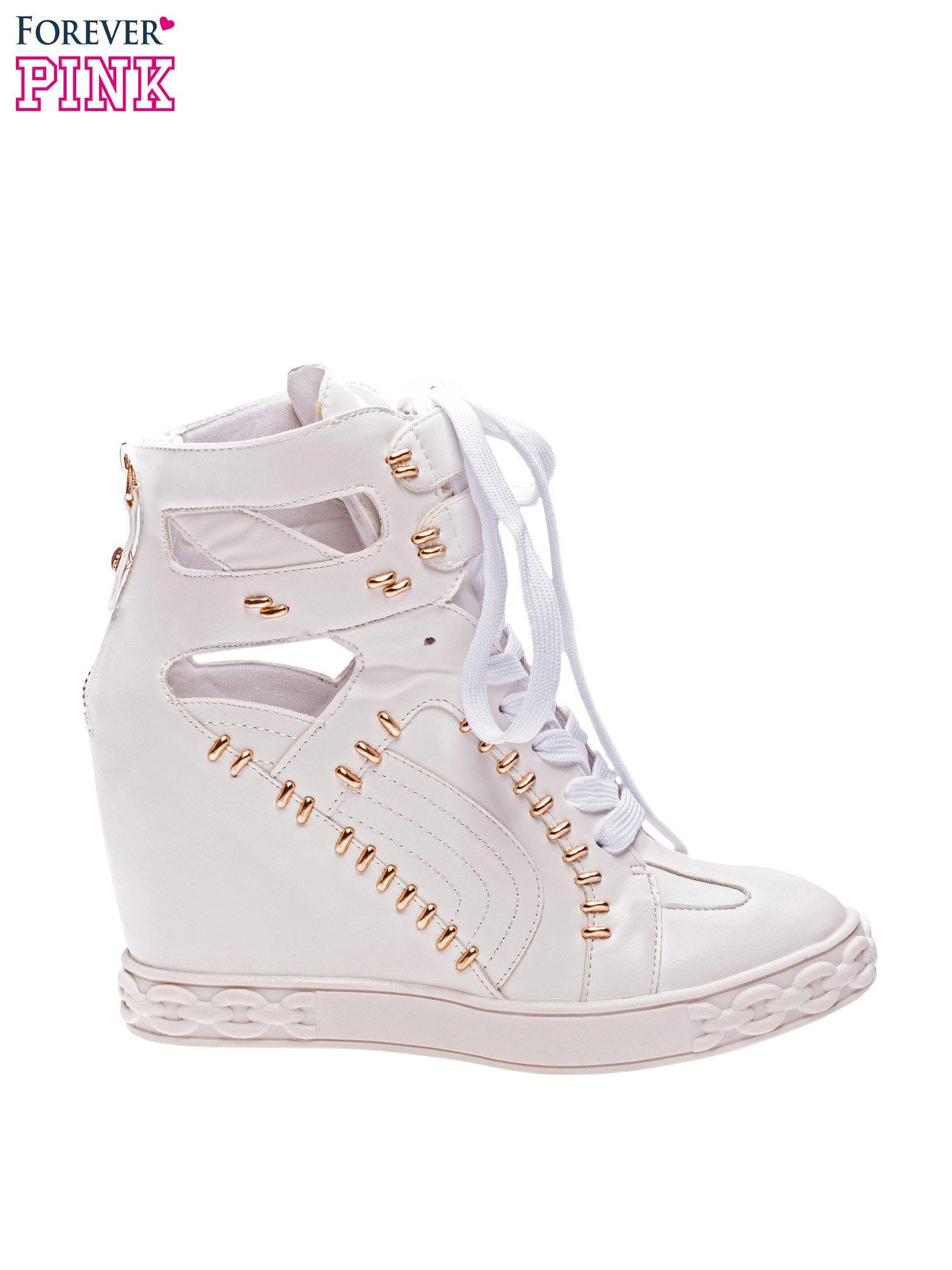 Białe sneakersy ze złotymi elementami                                  zdj.                                  1