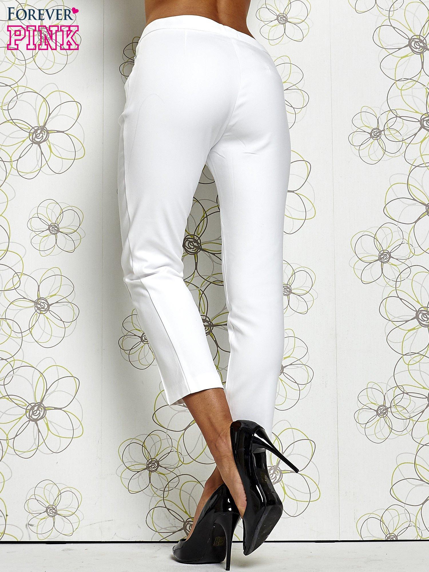 Białe spodnie cygaretki z wszytymi kieszeniami                                  zdj.                                  2