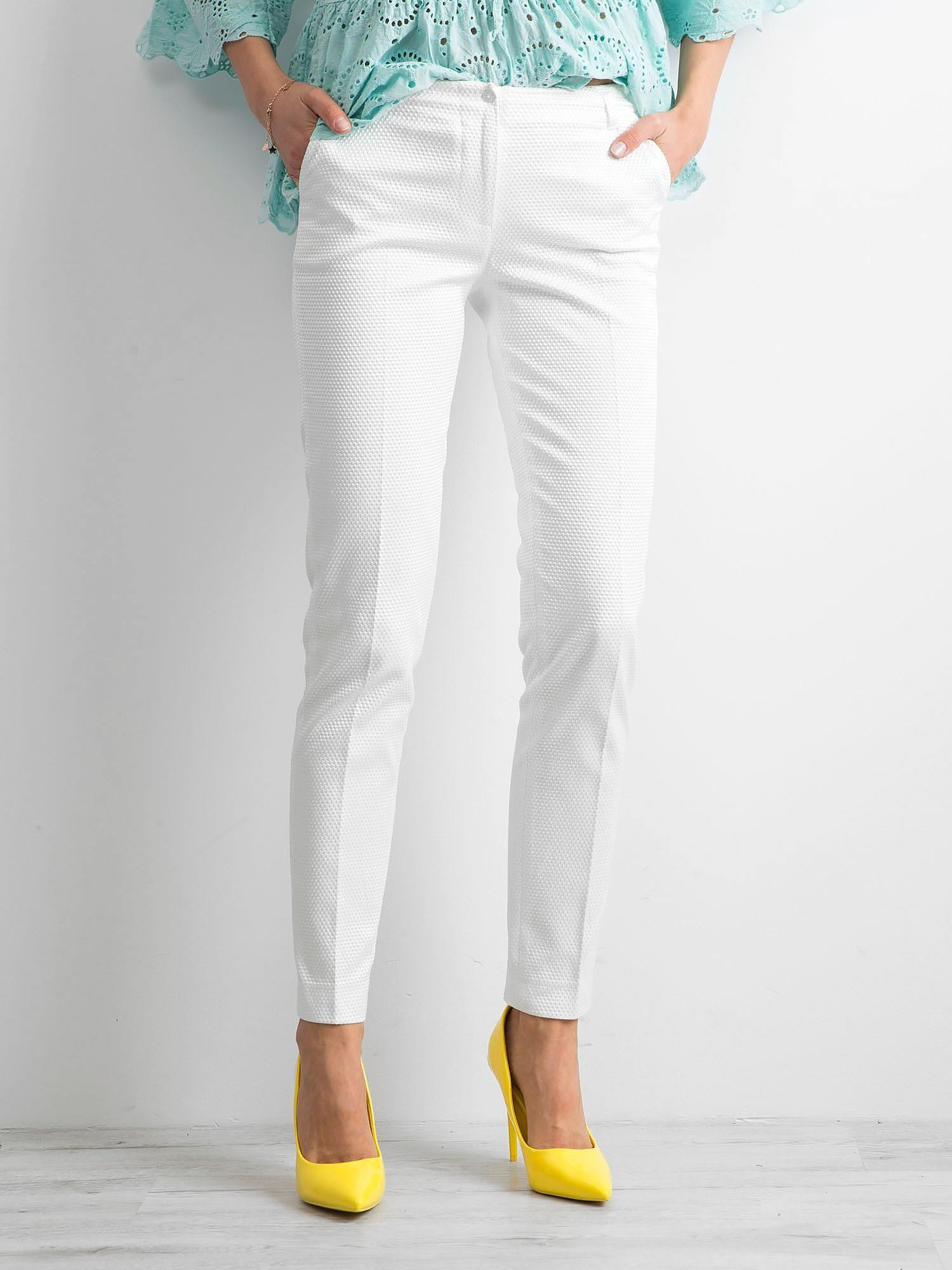 Białe spodnie damskie o prostym kroju