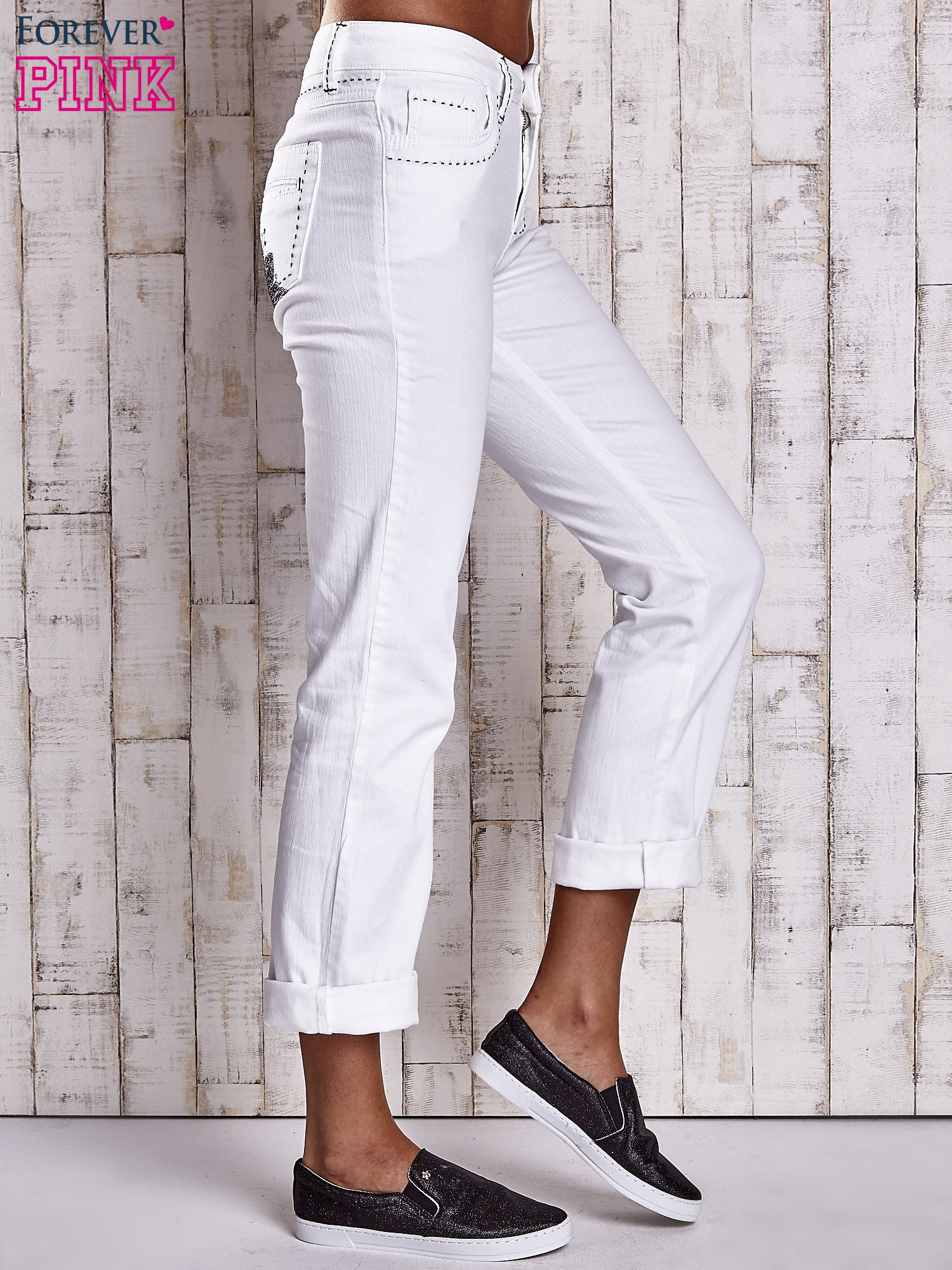 Białe spodnie regular jeans z ciemniejszymi naszyciami                                  zdj.                                  3