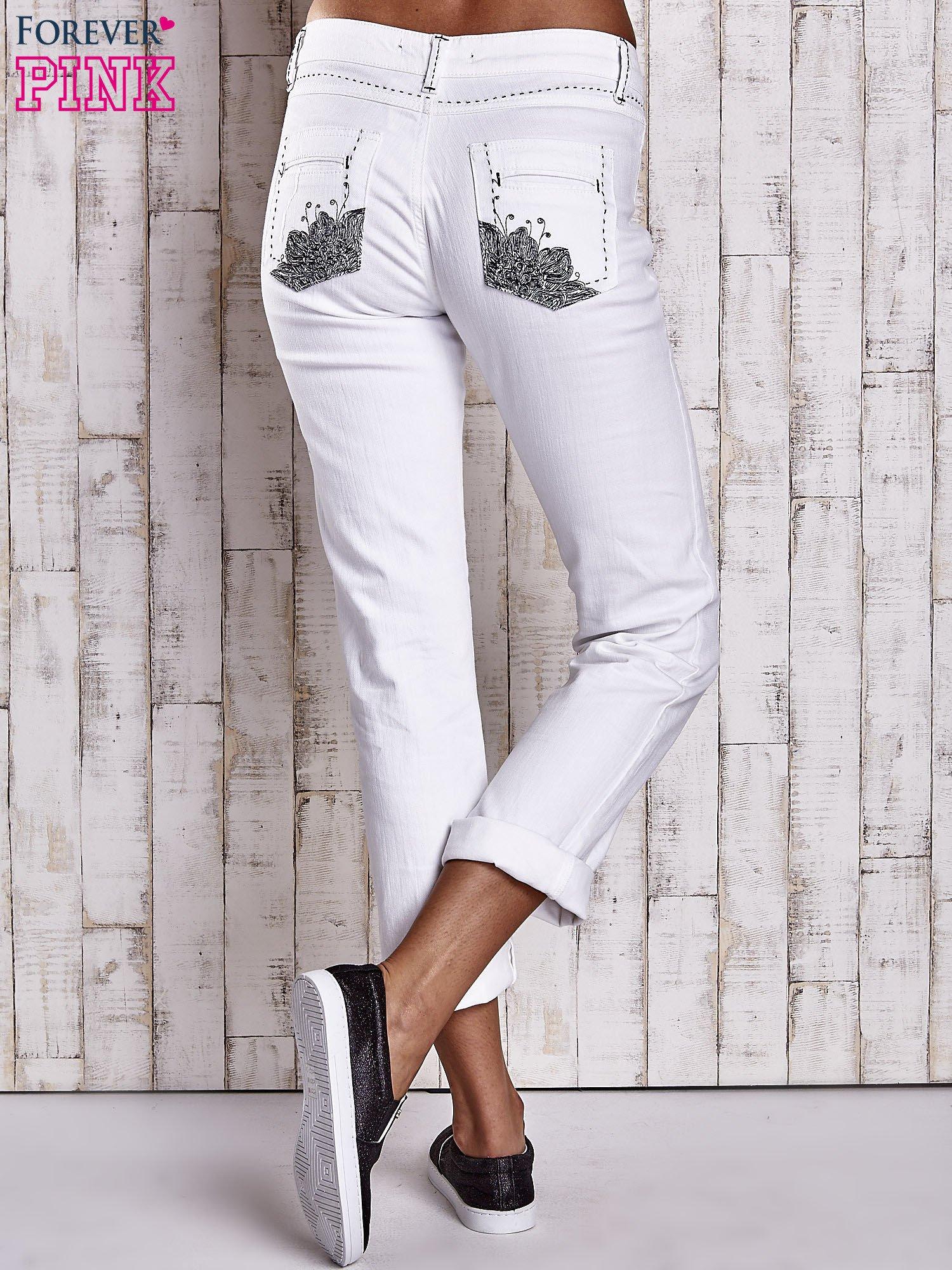 Białe spodnie regular jeans z ciemniejszymi naszyciami                                  zdj.                                  2