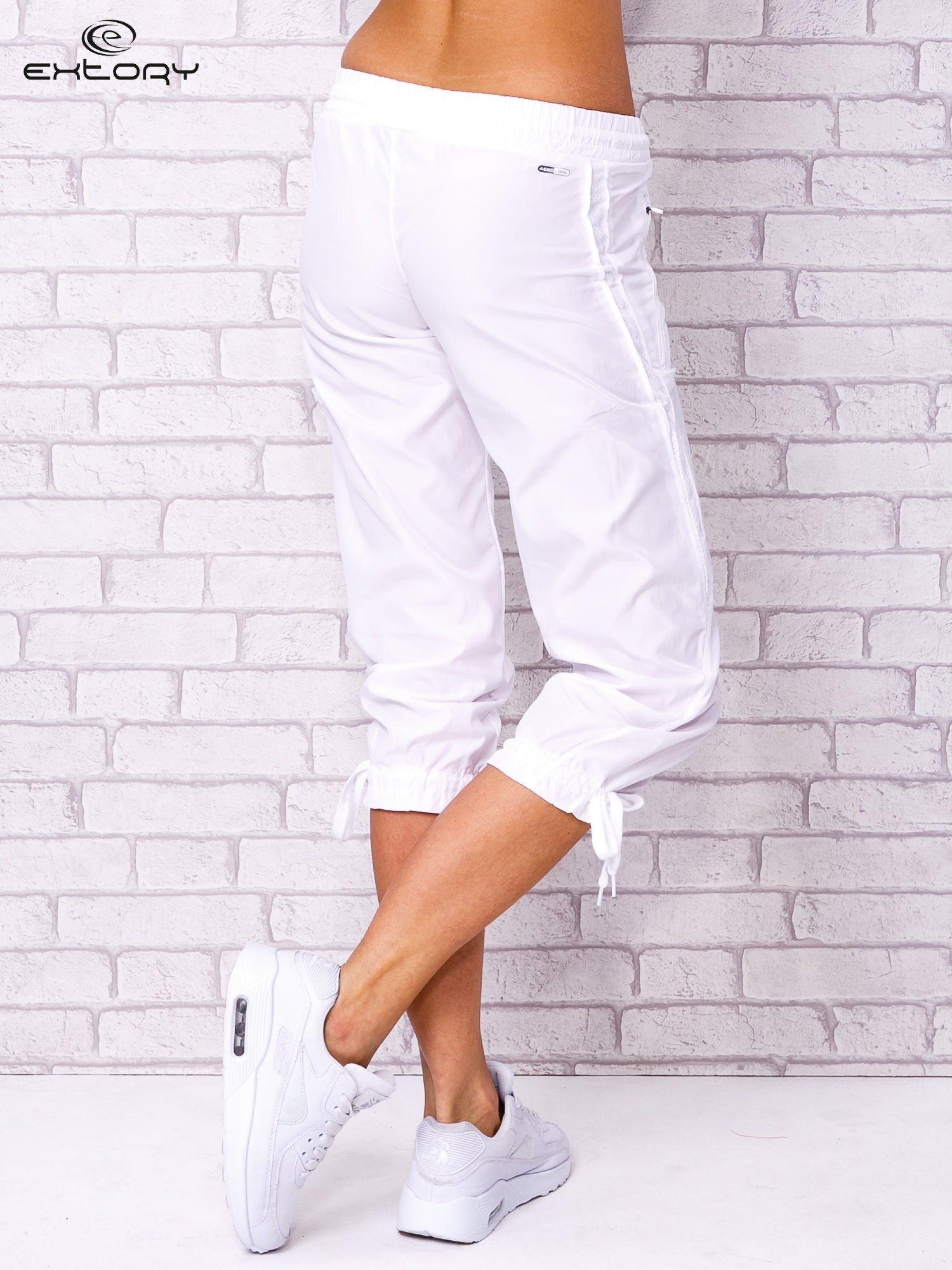 Białe spodnie sportowe capri z siateczką                                  zdj.                                  3