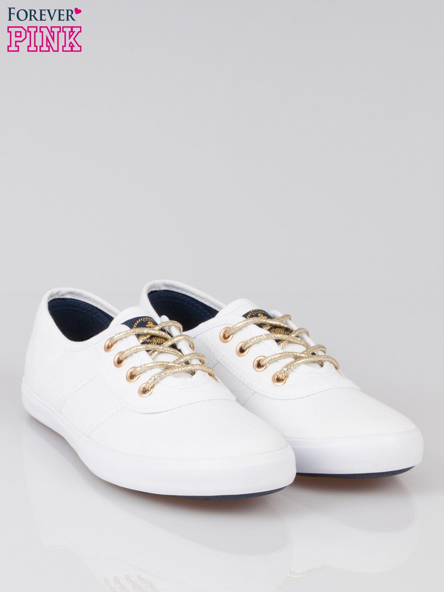 Białe tenisówki w stylu żeglarskim                                  zdj.                                  2