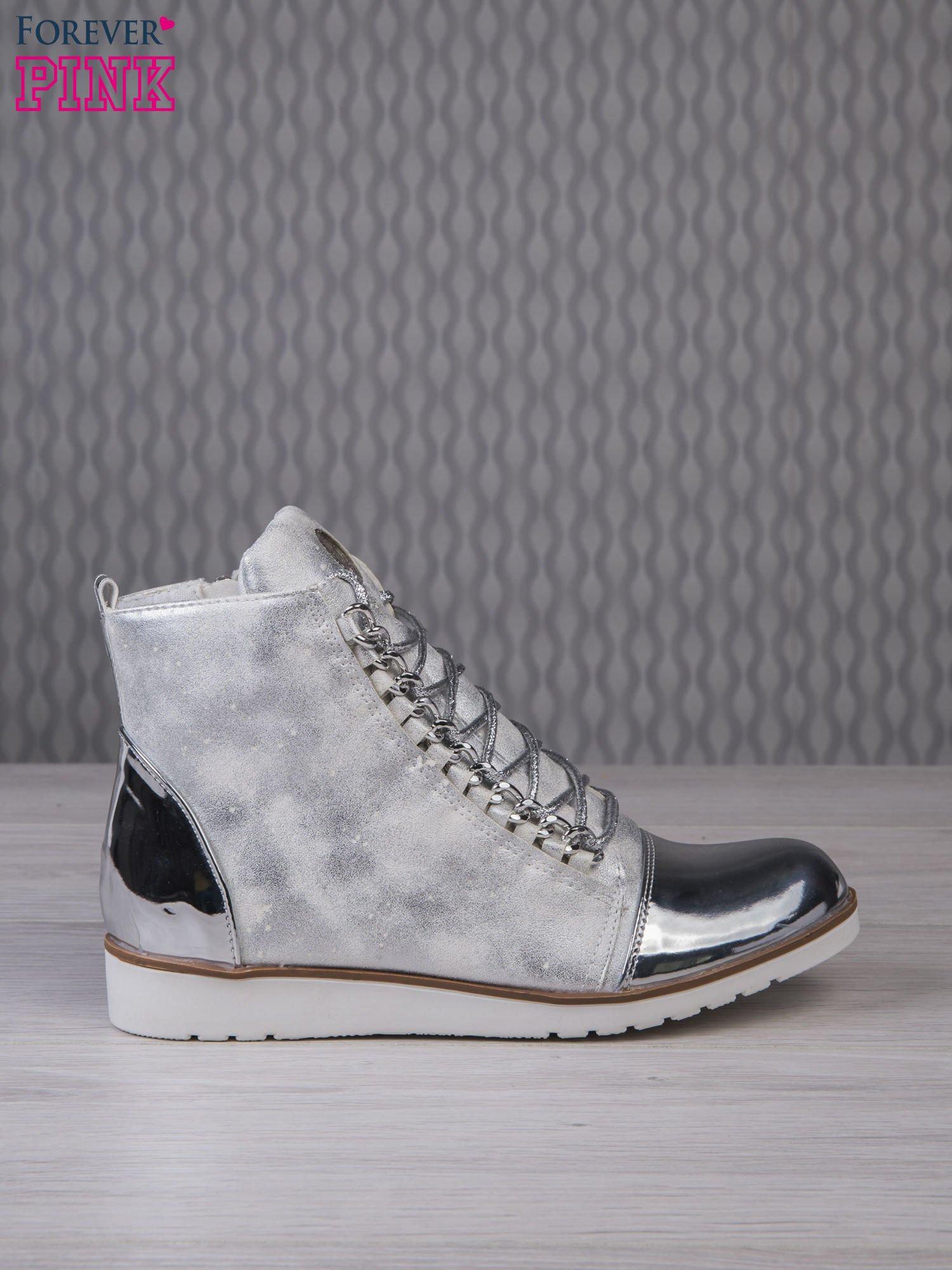 Białe zamszowe sneakersy z lustrzanymi elementami                                  zdj.                                  1