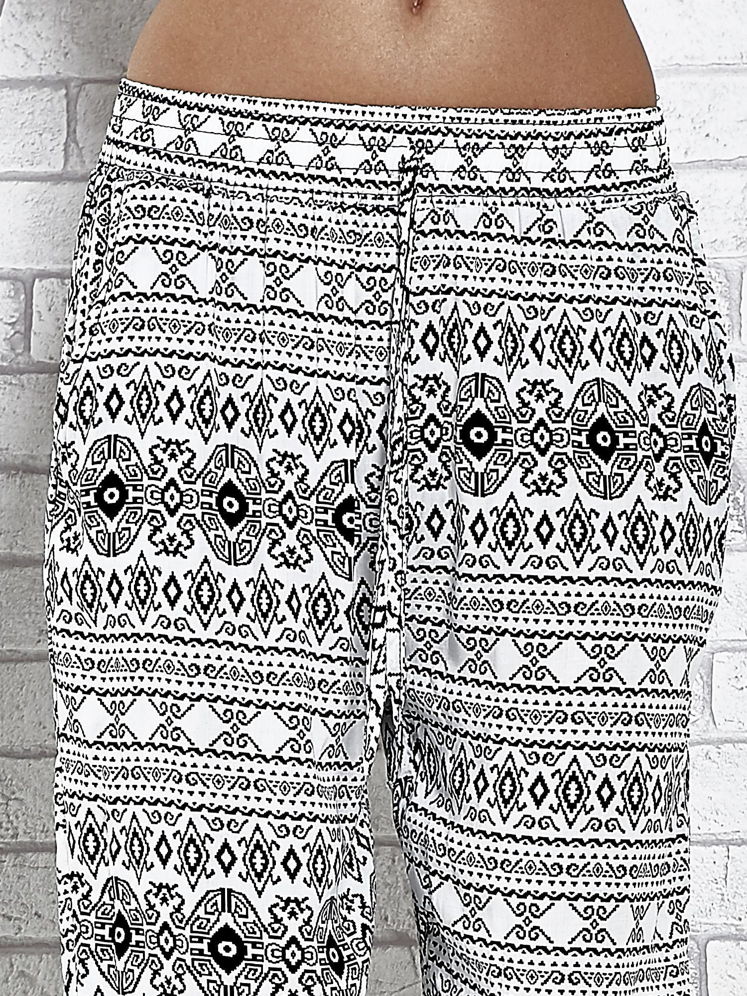 Białe zwiewne spodnie alladynki we wzór aztecki                                  zdj.                                  4
