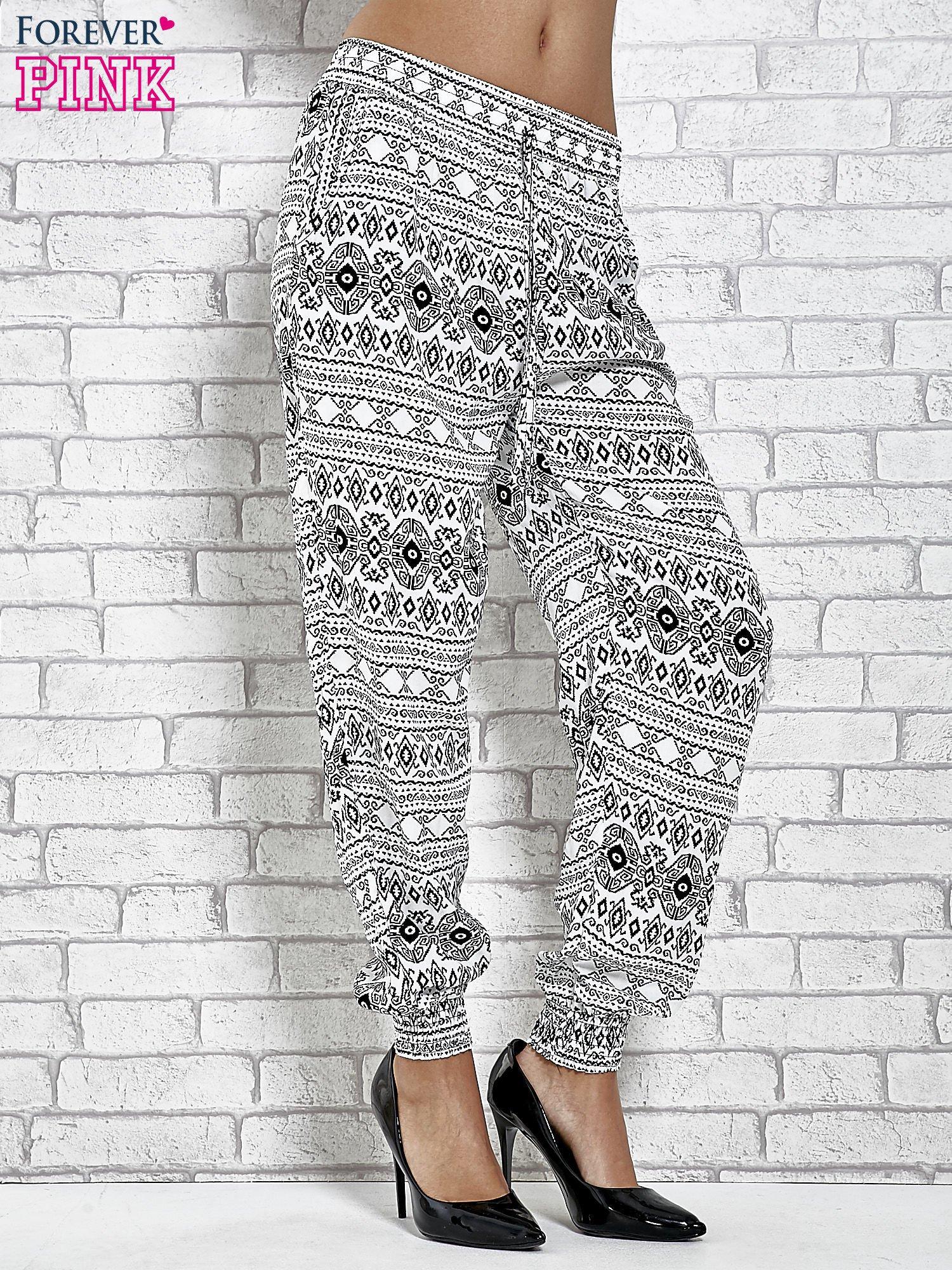 Białe zwiewne spodnie alladynki we wzór aztecki                                  zdj.                                  1