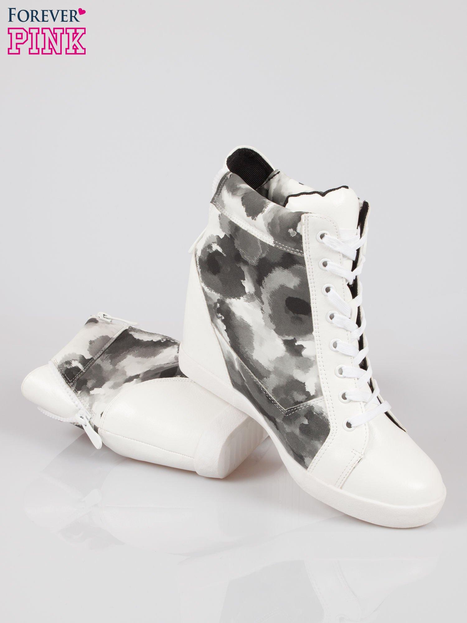 Biało-czarne sneakersy damskie z motywem floral                                  zdj.                                  4