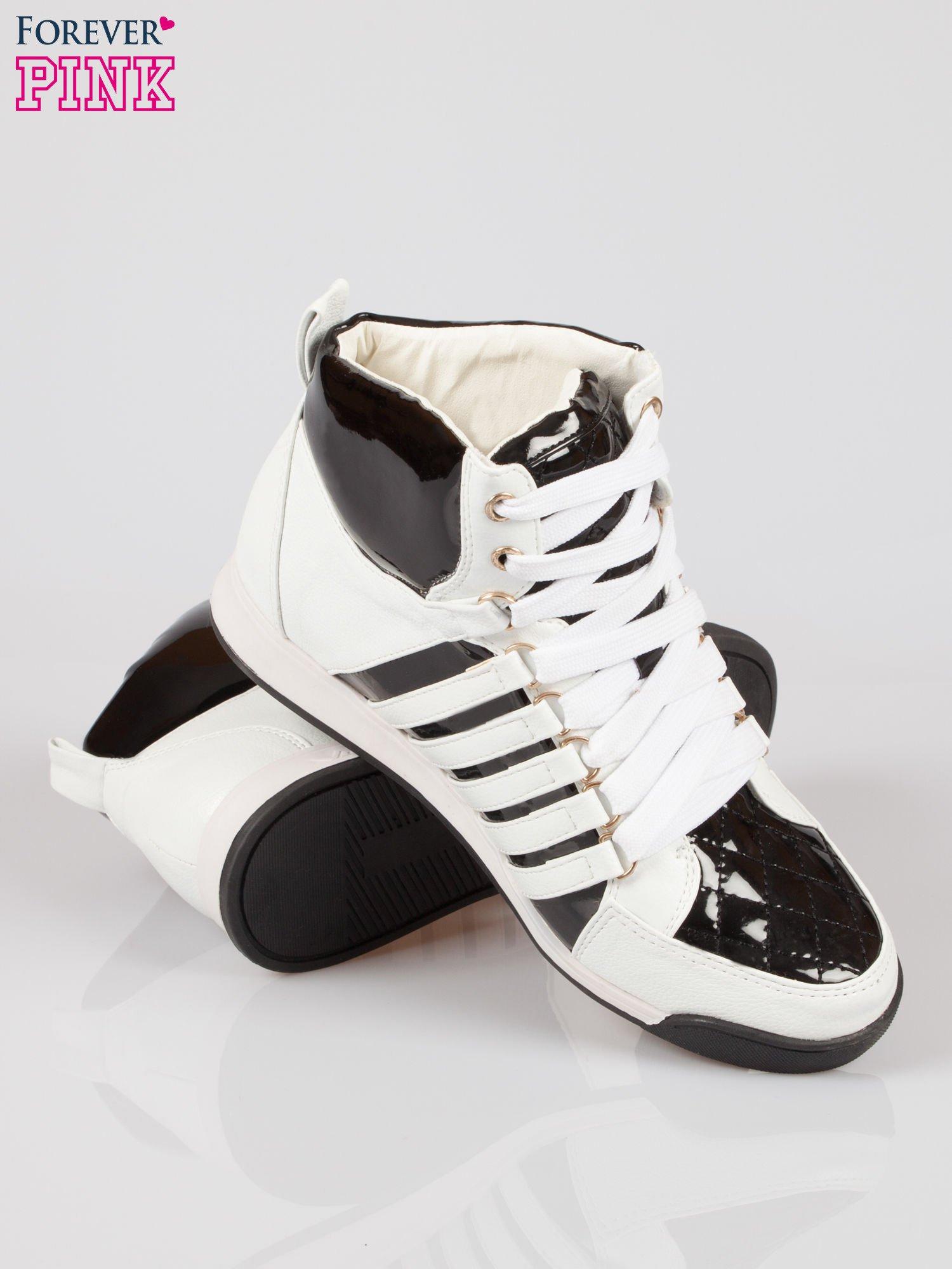 Biało-czarne sneakersy z łańcuszkami                                  zdj.                                  4