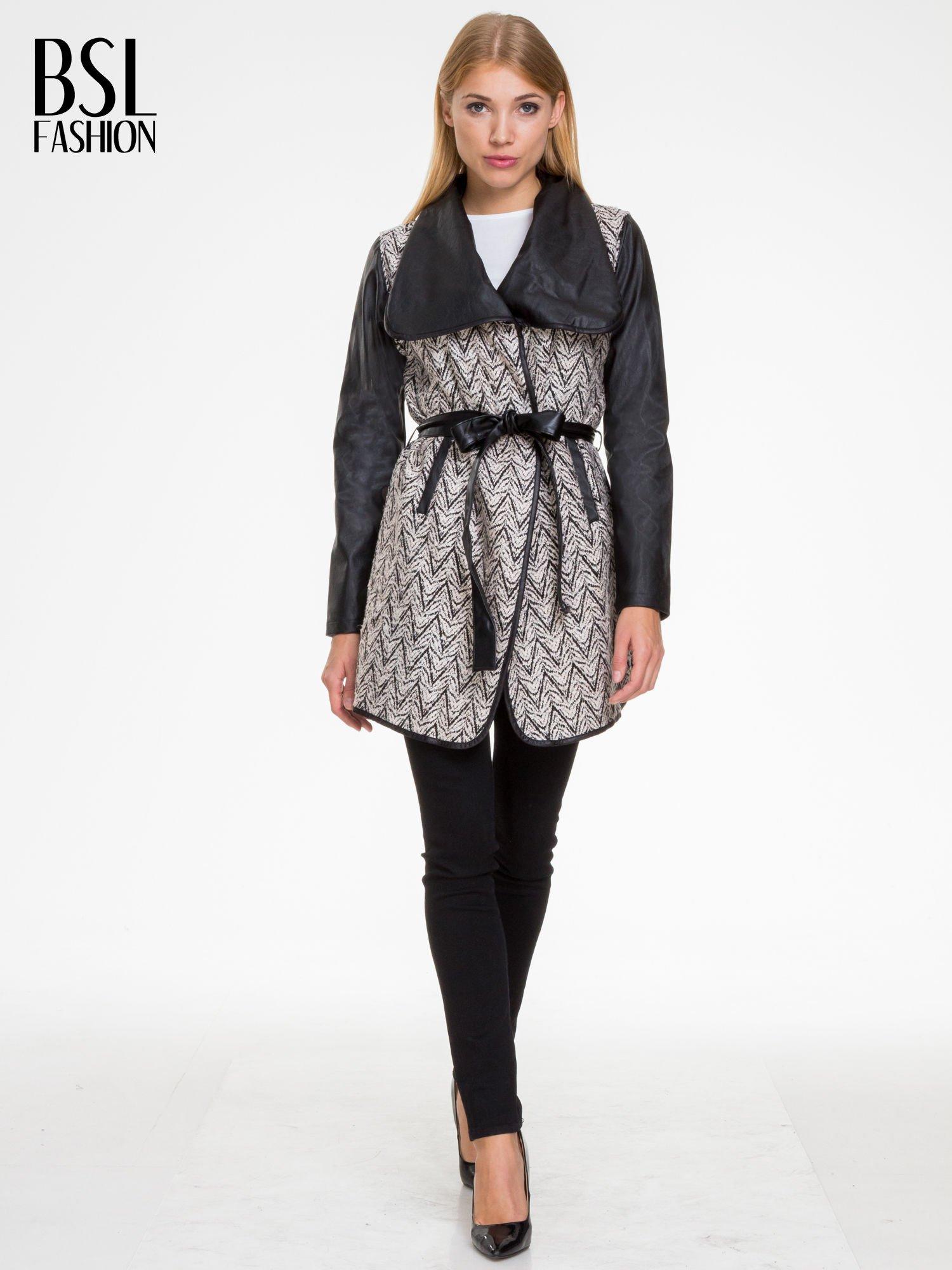 Biało-czarny wzorzysty wełniany płaszcz ze skórzanymi rękawami                                  zdj.                                  2