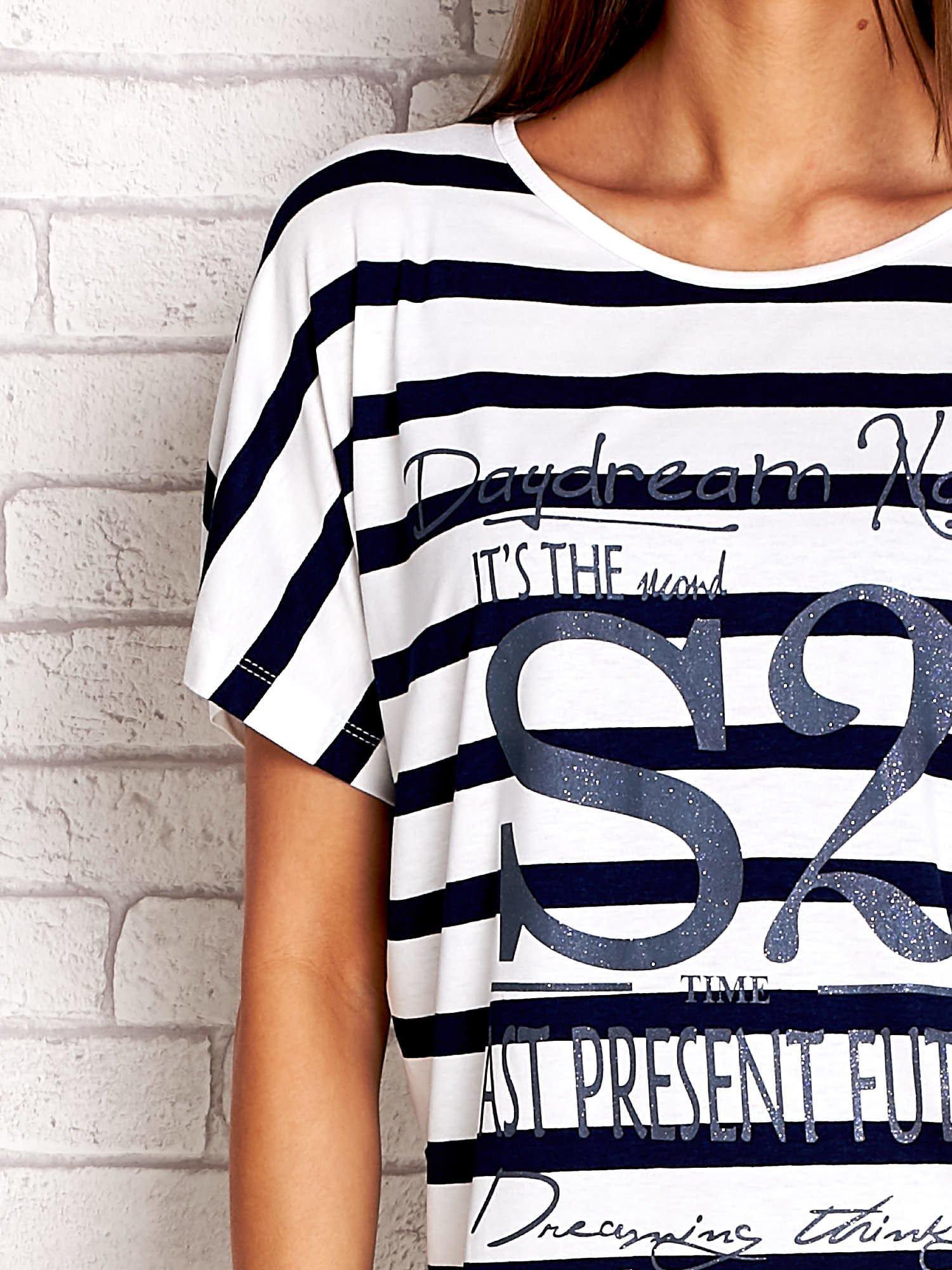 Biało-granatowy t-shirt w paski z napisem DAYDREAM NATION                                  zdj.                                  5