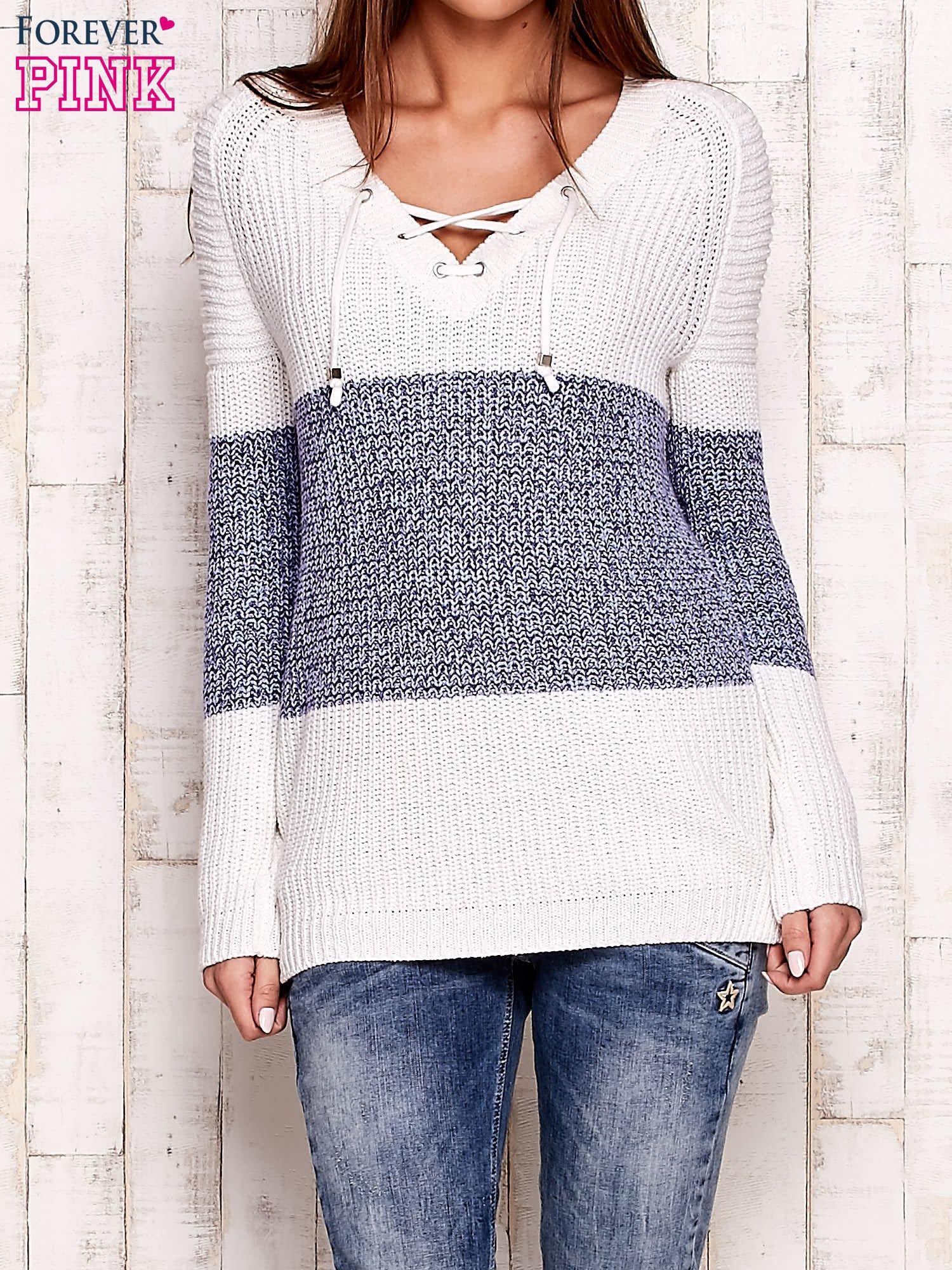 Biało-niebieski sweter z wiązaniem przy dekolcie                                  zdj.                                  1