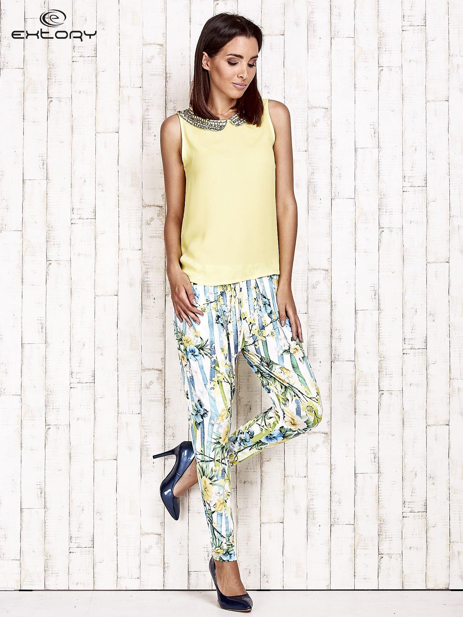 Biało-niebieskie lejące spodnie z kolorowymi paskami                                  zdj.                                  4