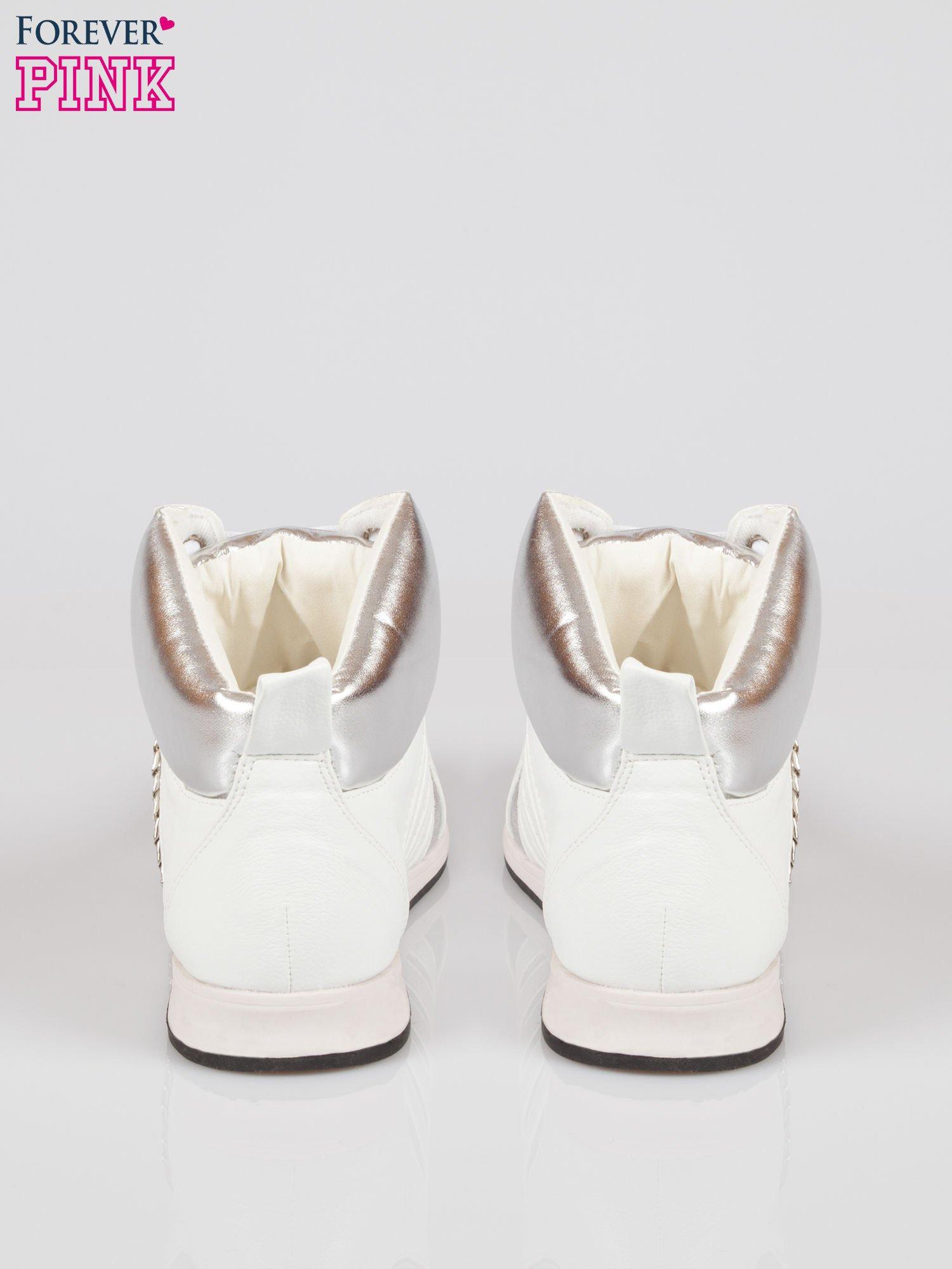Biało-srebrne sneakersy z łańcuszkami                                  zdj.                                  3