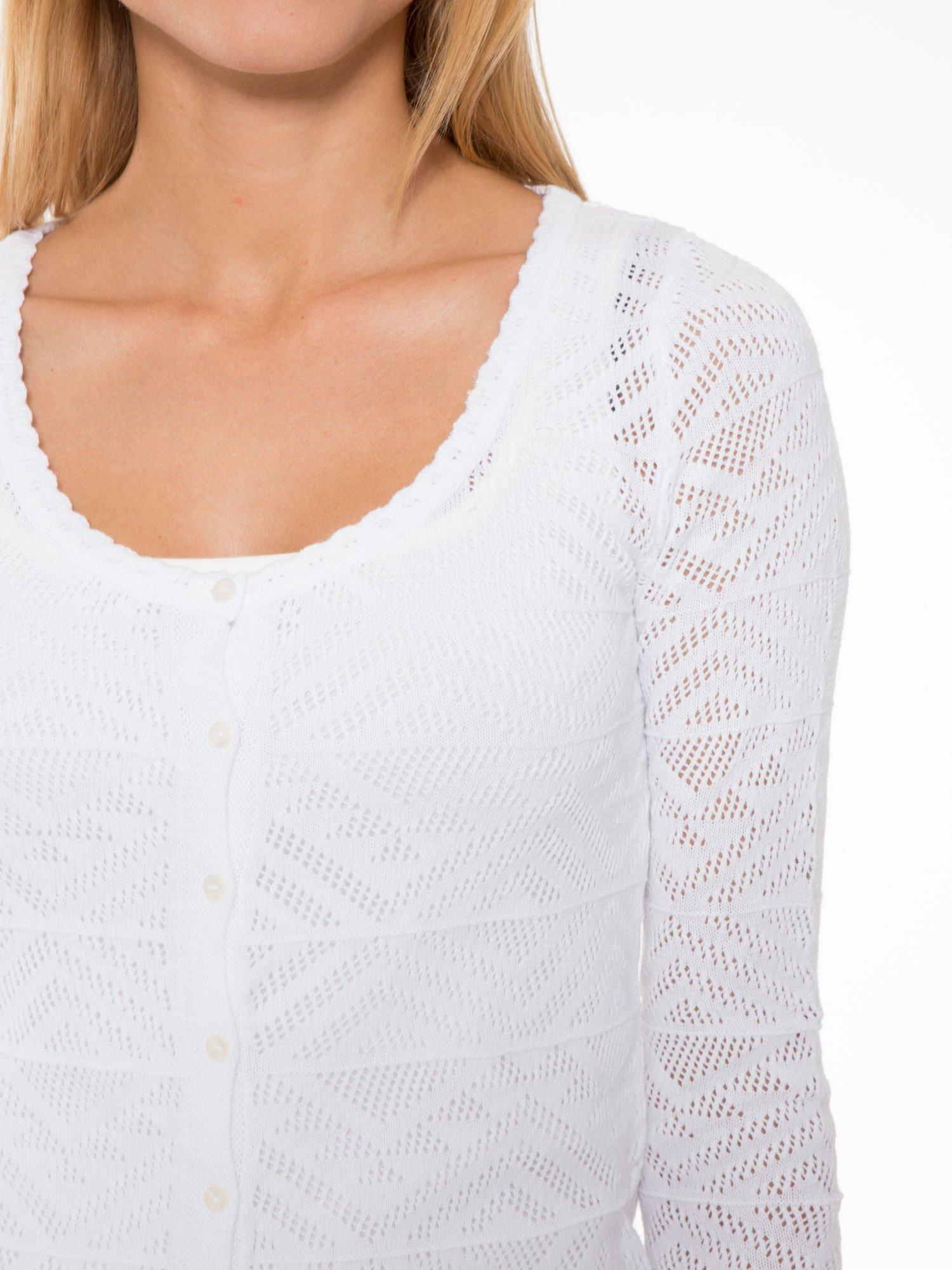 Biały ażurowy sweter kardigan na guziki                                  zdj.                                  5