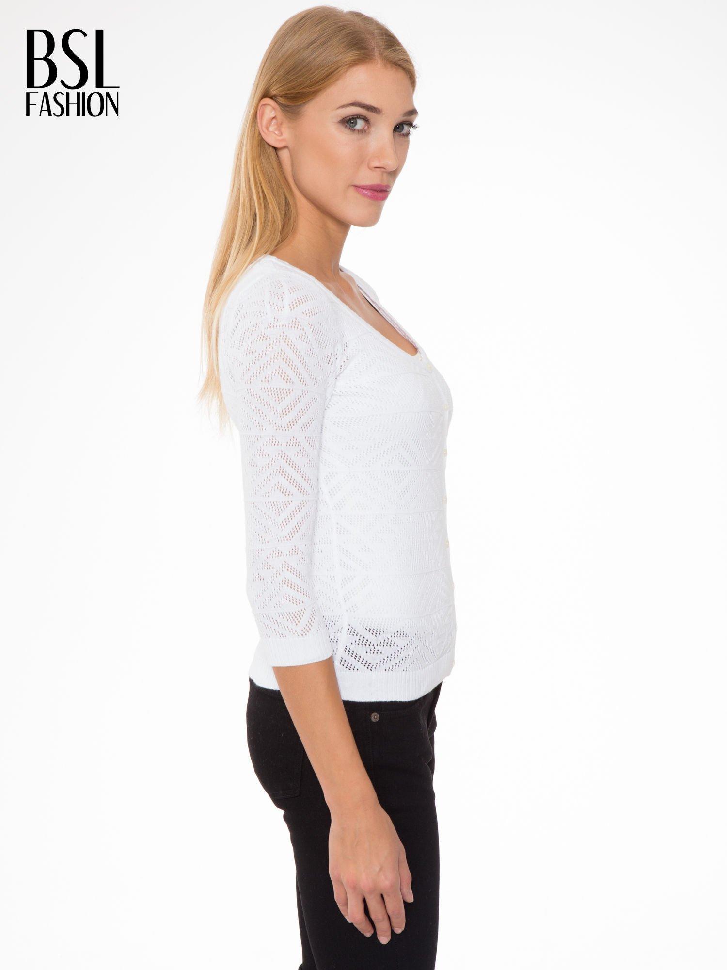 Biały ażurowy sweter kardigan na guziki                                  zdj.                                  3