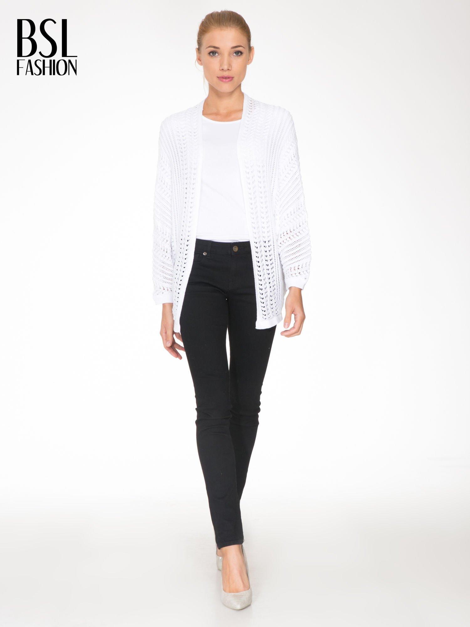 Biały ażurowy sweter typu narzutka poncho                                  zdj.                                  2
