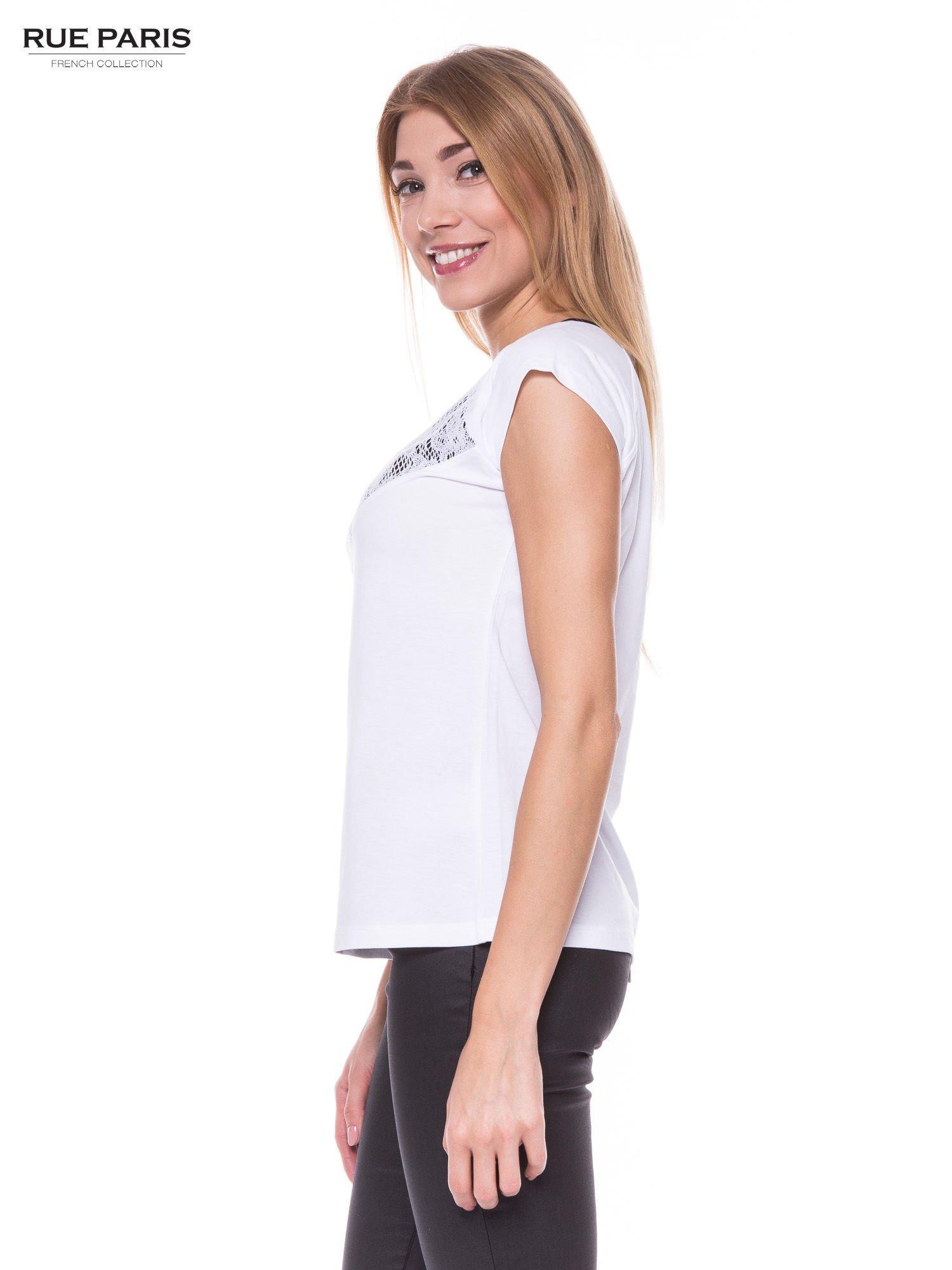 Biały elegancki t-shirt z koronkową aplikacją                                  zdj.                                  2