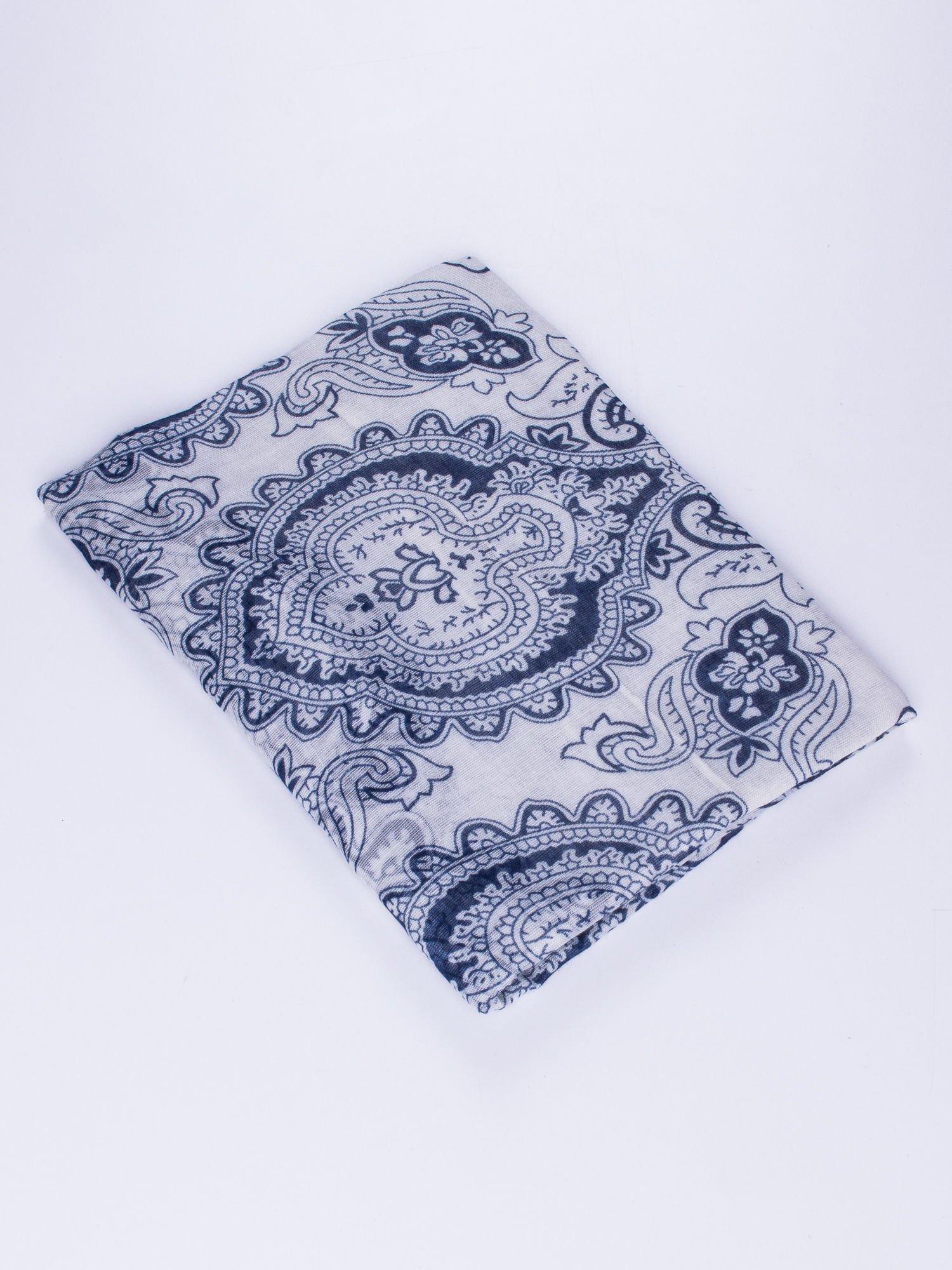 Biały orientalny szal we wzór paisley                                  zdj.                                  2
