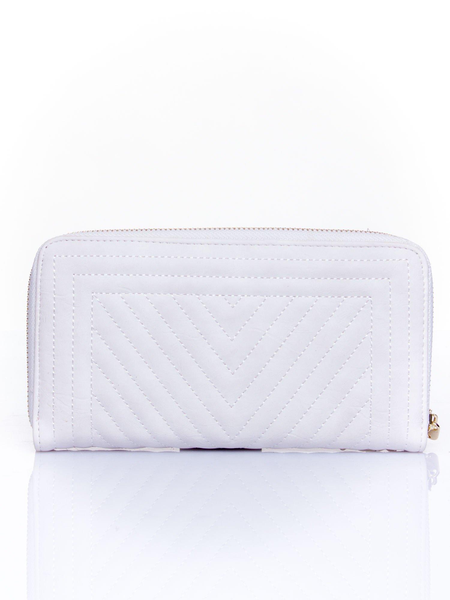 Biały pikowany portfel z ozdobną klamerką                                  zdj.                                  2