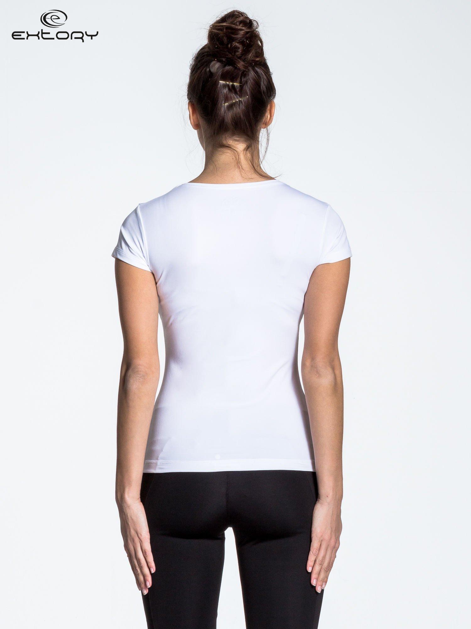 Biały t-shirt sportowy basic z dekoltem U                                  zdj.                                  3