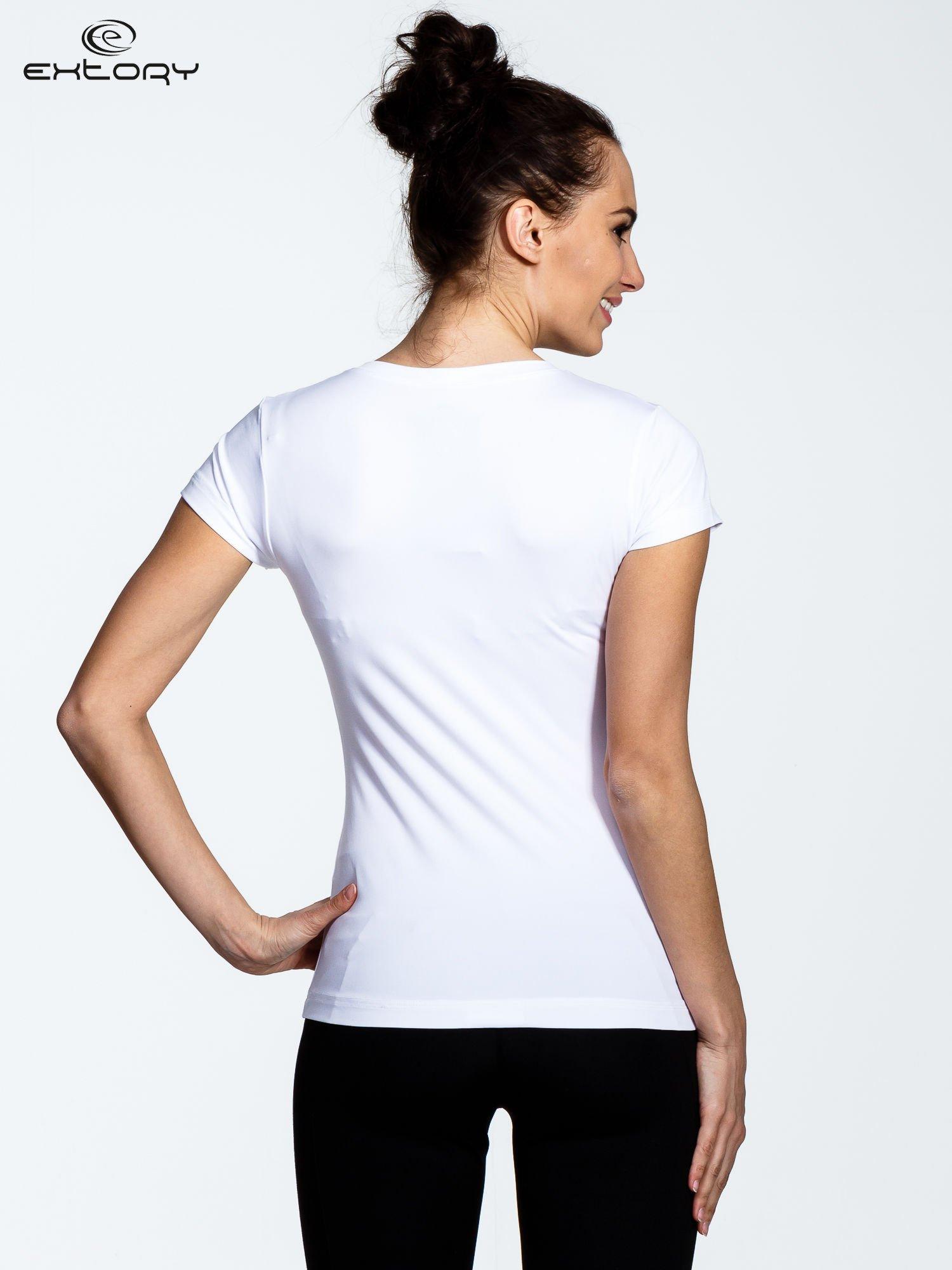 Biały t-shirt sportowy termoaktywny z dekoltem V                                  zdj.                                  3
