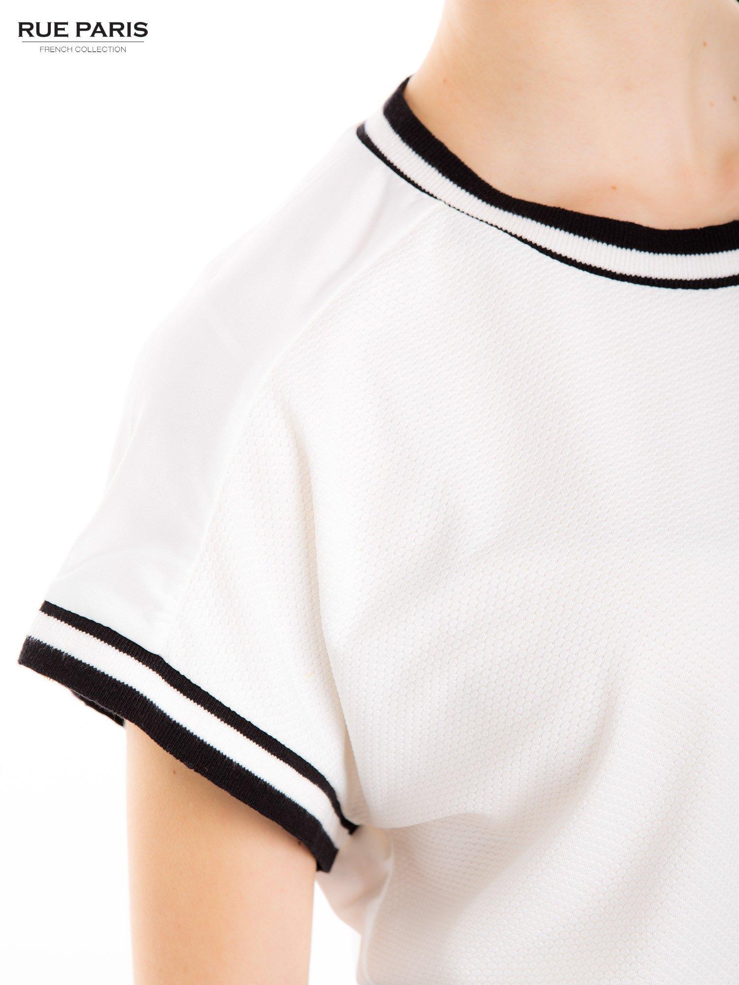 Biały t-shirt w stylu tenis chic                                  zdj.                                  6