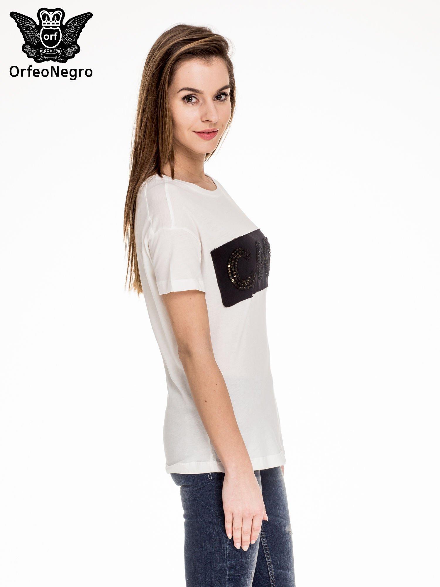 Biały t-shirt z aplikacją COOL z cekinów                                  zdj.                                  3