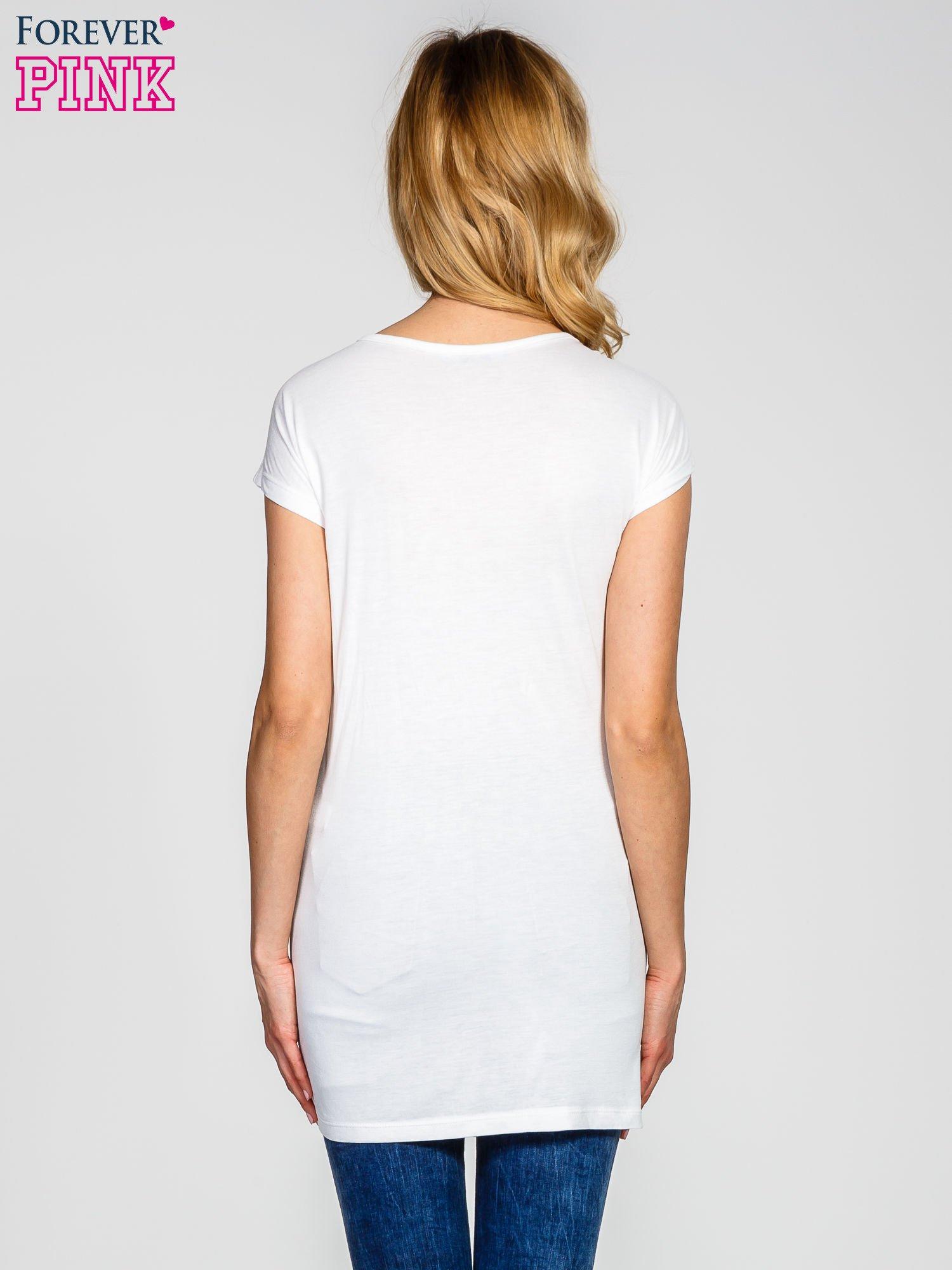 Biały t-shirt z aplikacją na dekolcie                                  zdj.                                  4