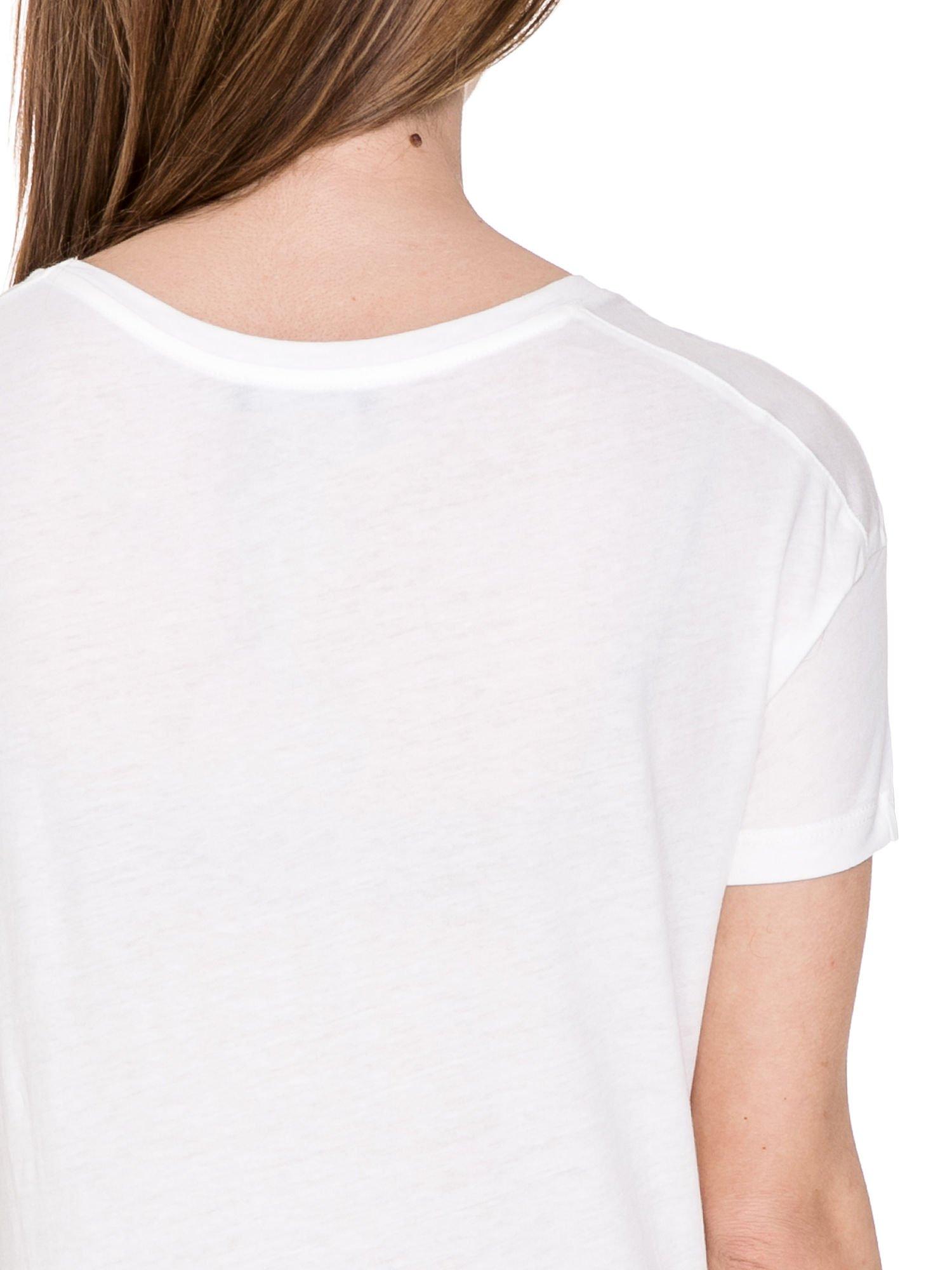 Biały t-shirt z aplikacją z cekinów                                  zdj.                                  6