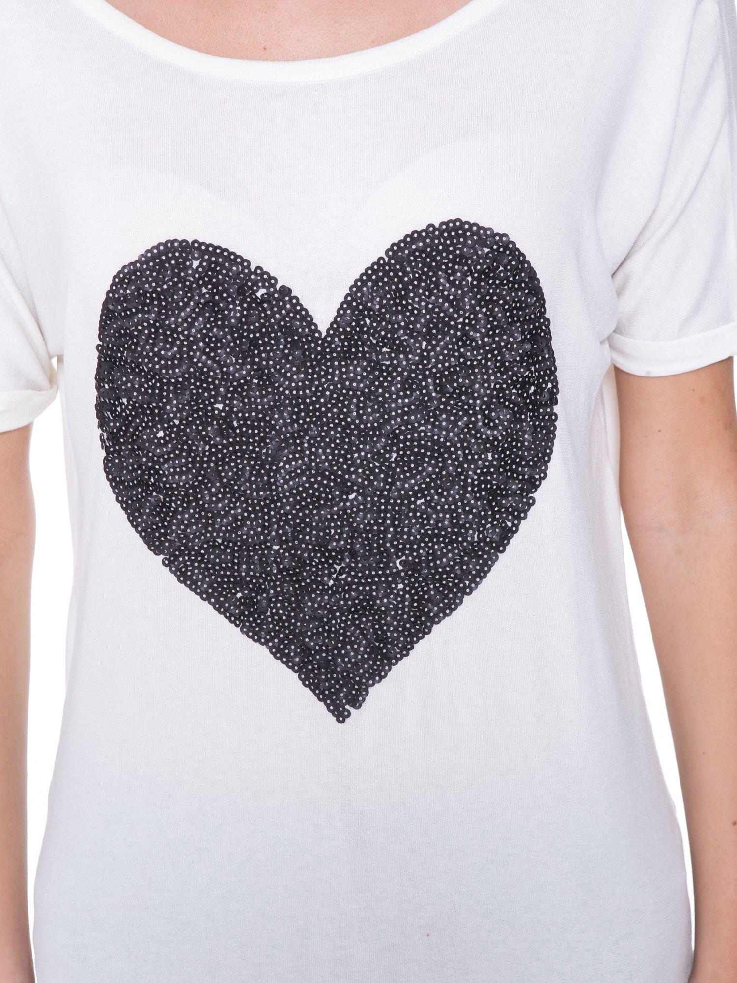 Biały t-shirt z czarnym sercem z cekinów                                  zdj.                                  6