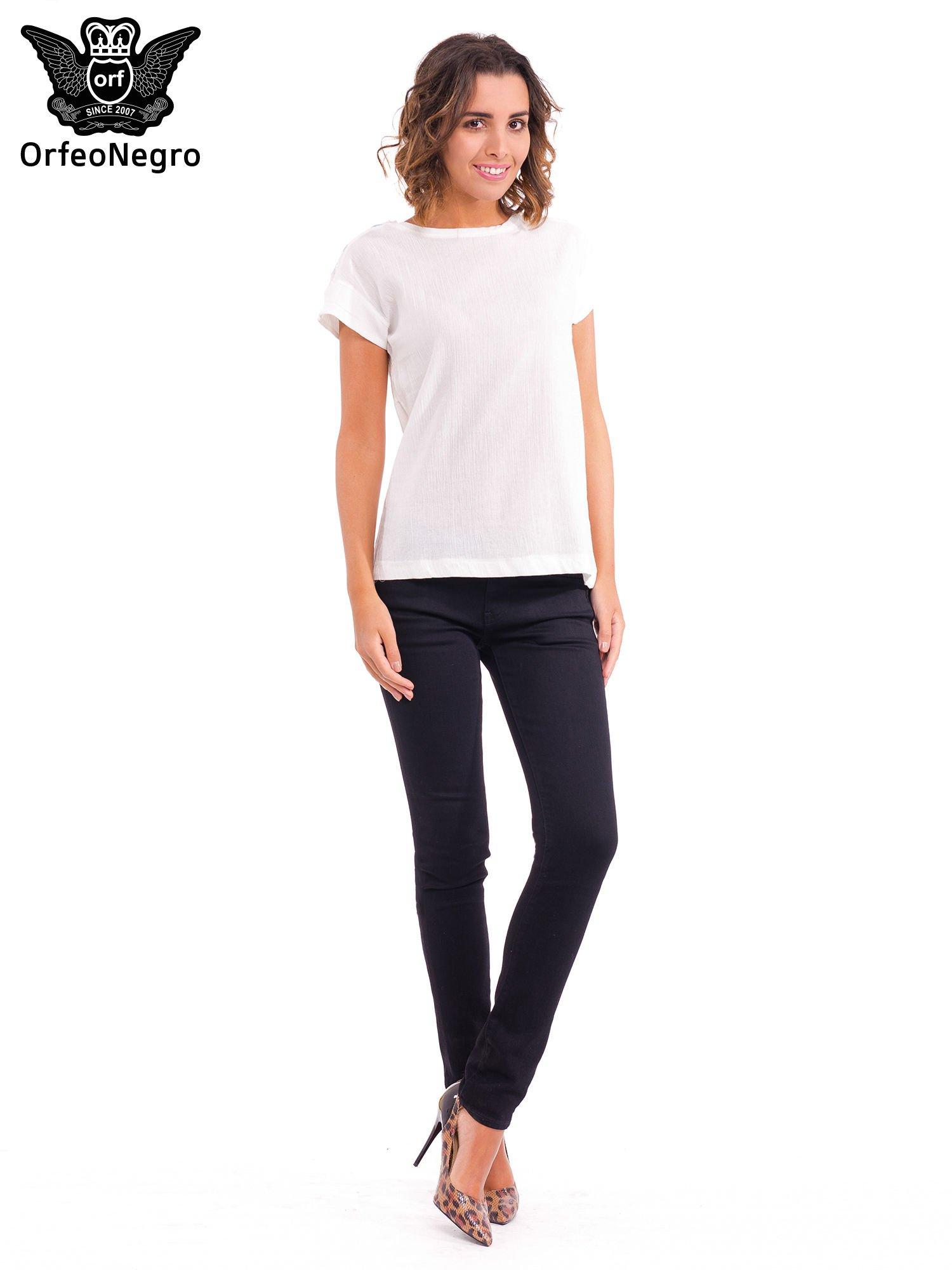 Biały t-shirt z haftem na plecach zdobionym cekinami                                   zdj.                                  2