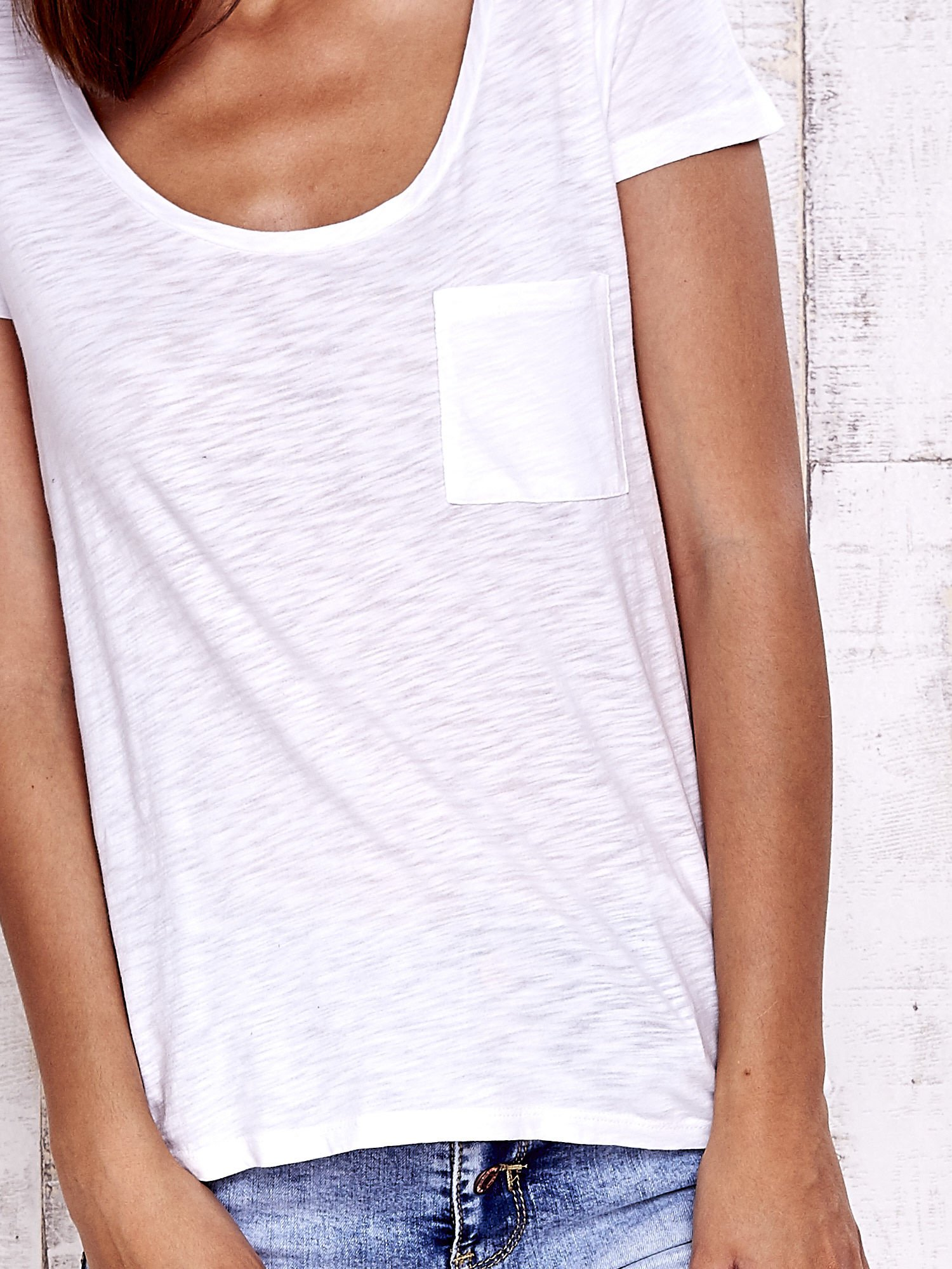 Biały t-shirt z kieszonką                                  zdj.                                  5