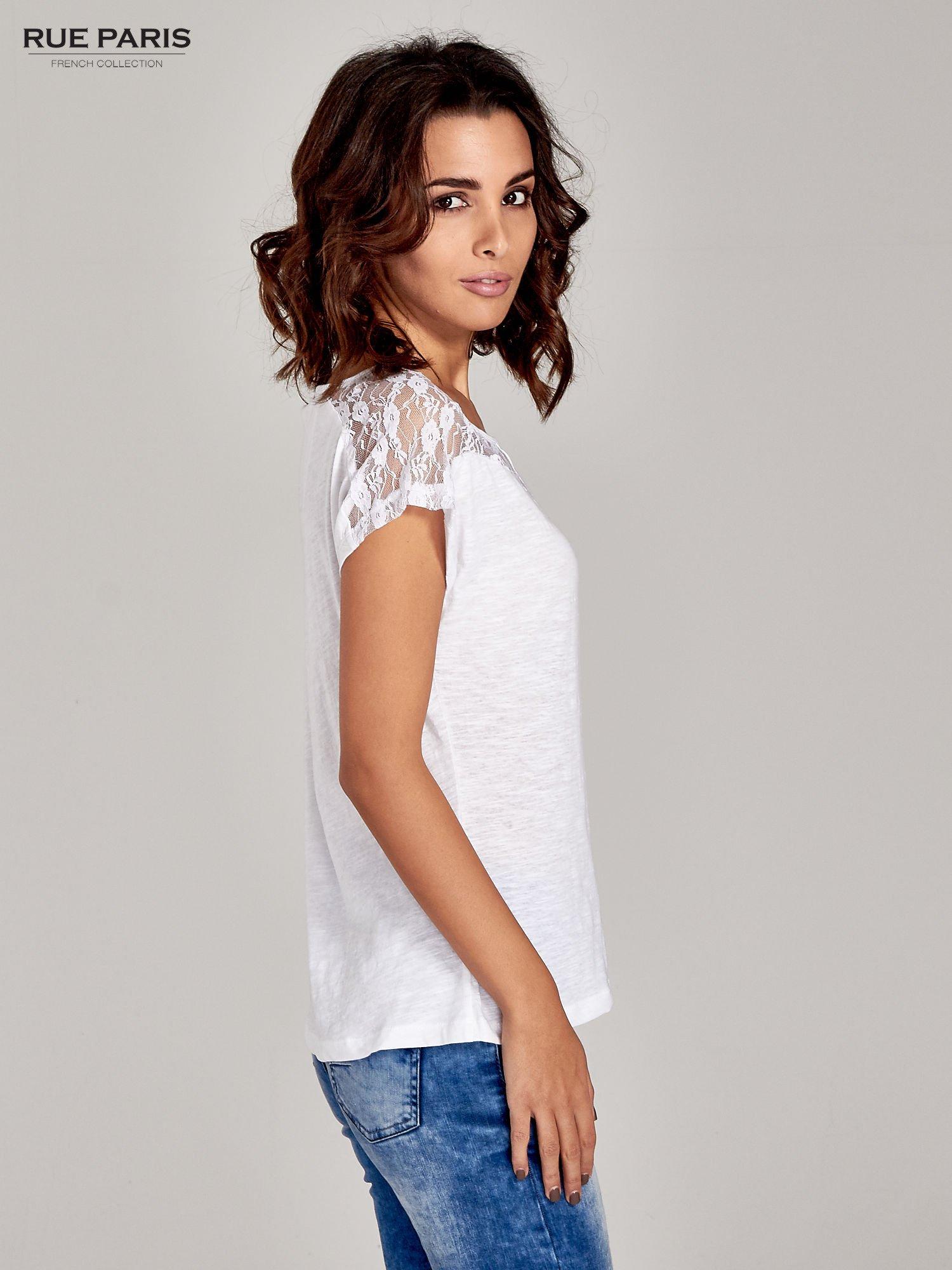 Biały t-shirt z koronkową aplikacją na górze                                  zdj.                                  3