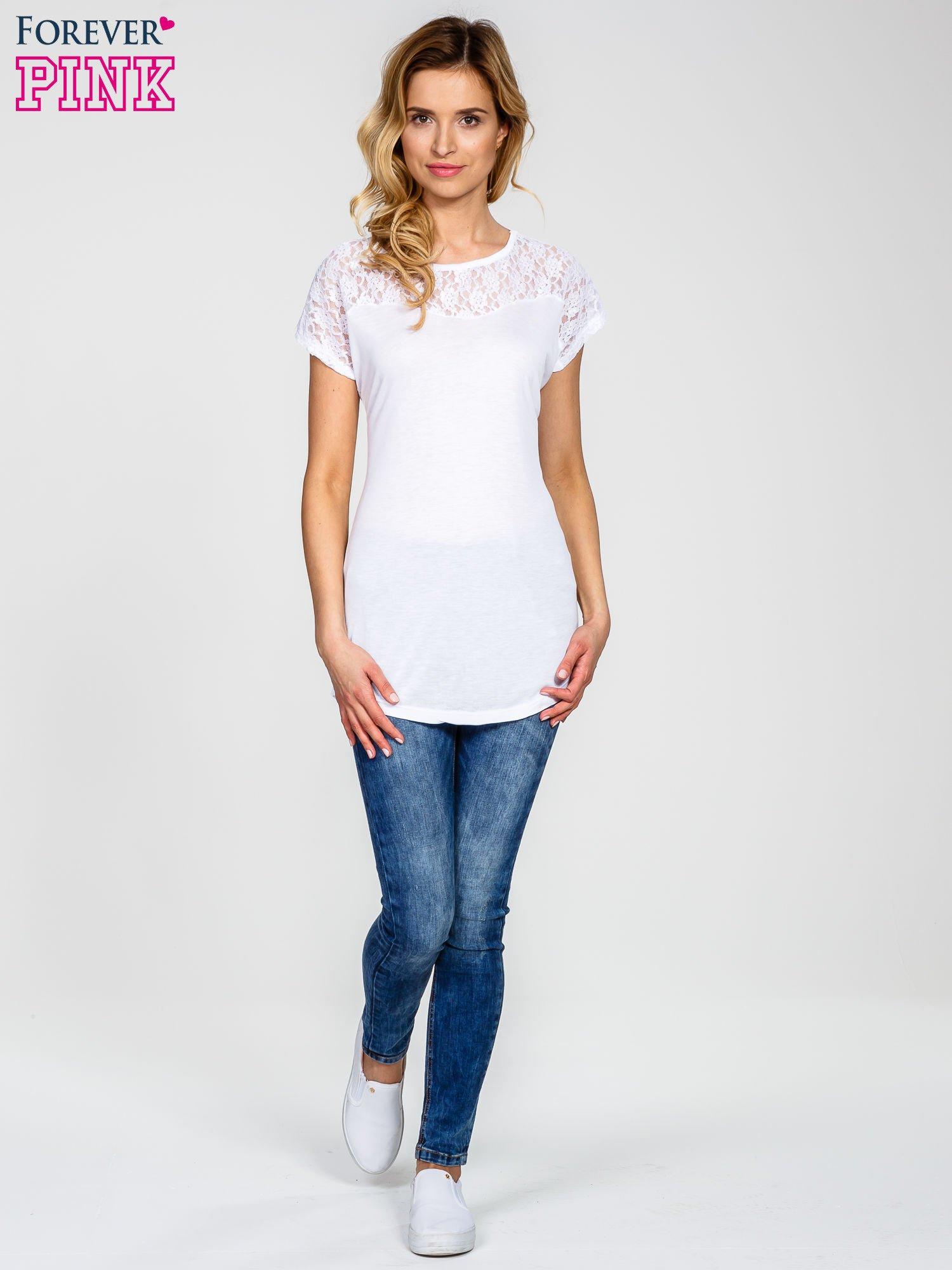 Biały t-shirt z koronkowym dekoltem                                  zdj.                                  5