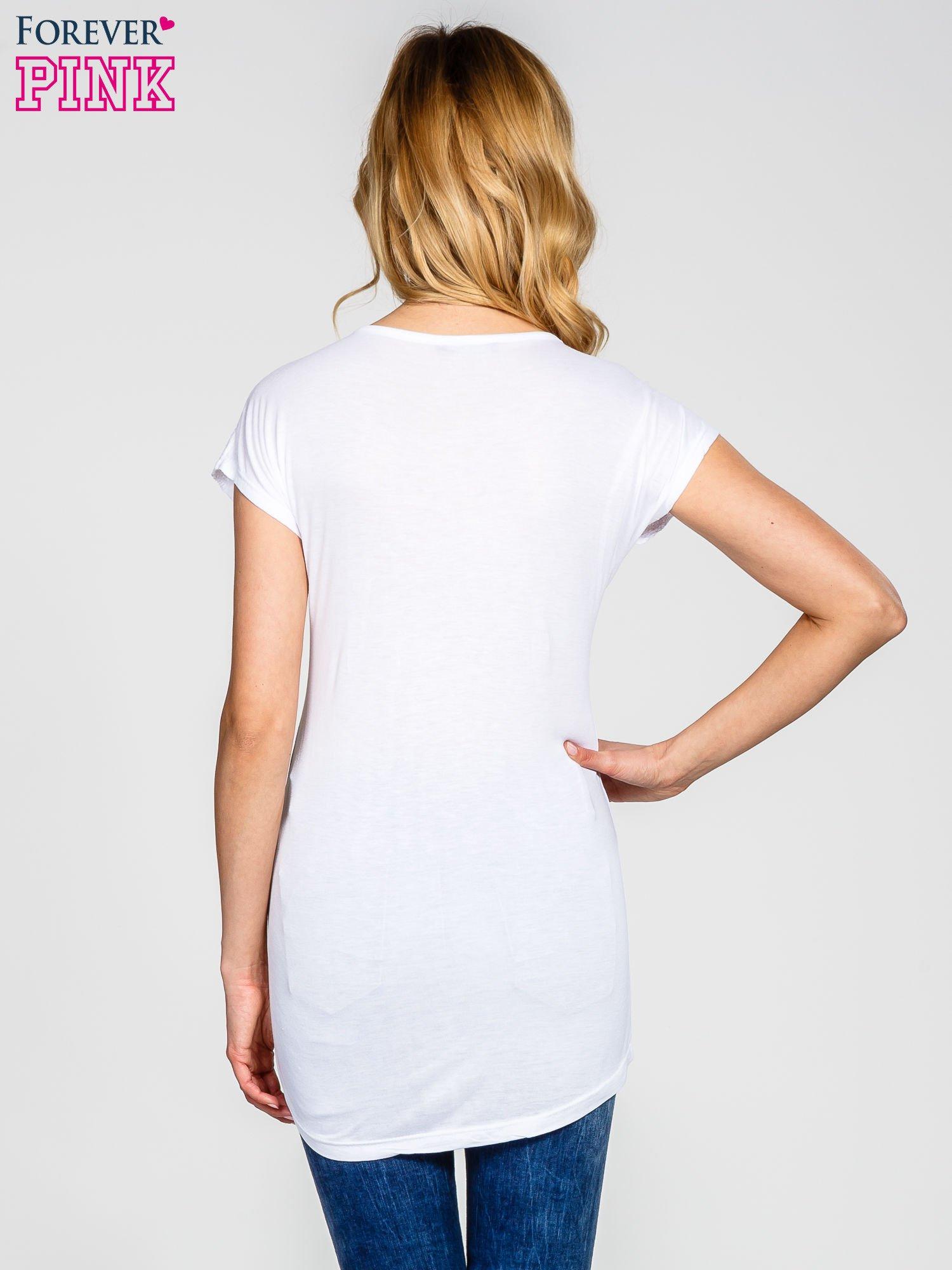 Biały t-shirt z koronkowym dekoltem                                  zdj.                                  3