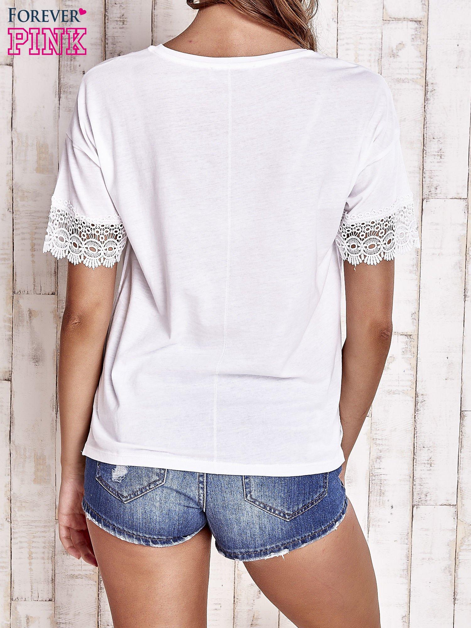 Biały t-shirt z koronkowymi rękawami                                  zdj.                                  4