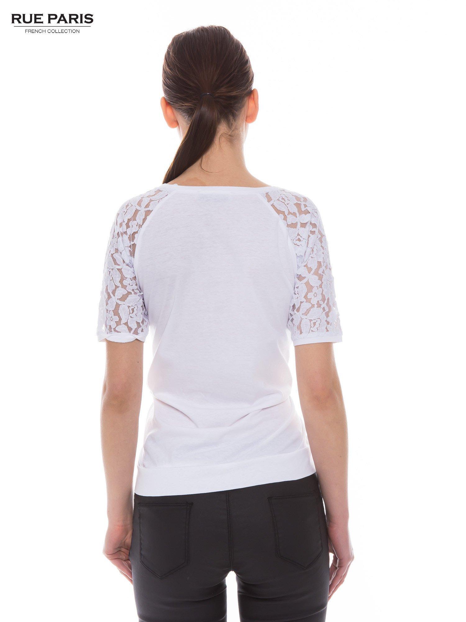 Biały t-shirt z koronkowymi rękawami długości 3/4                                  zdj.                                  3