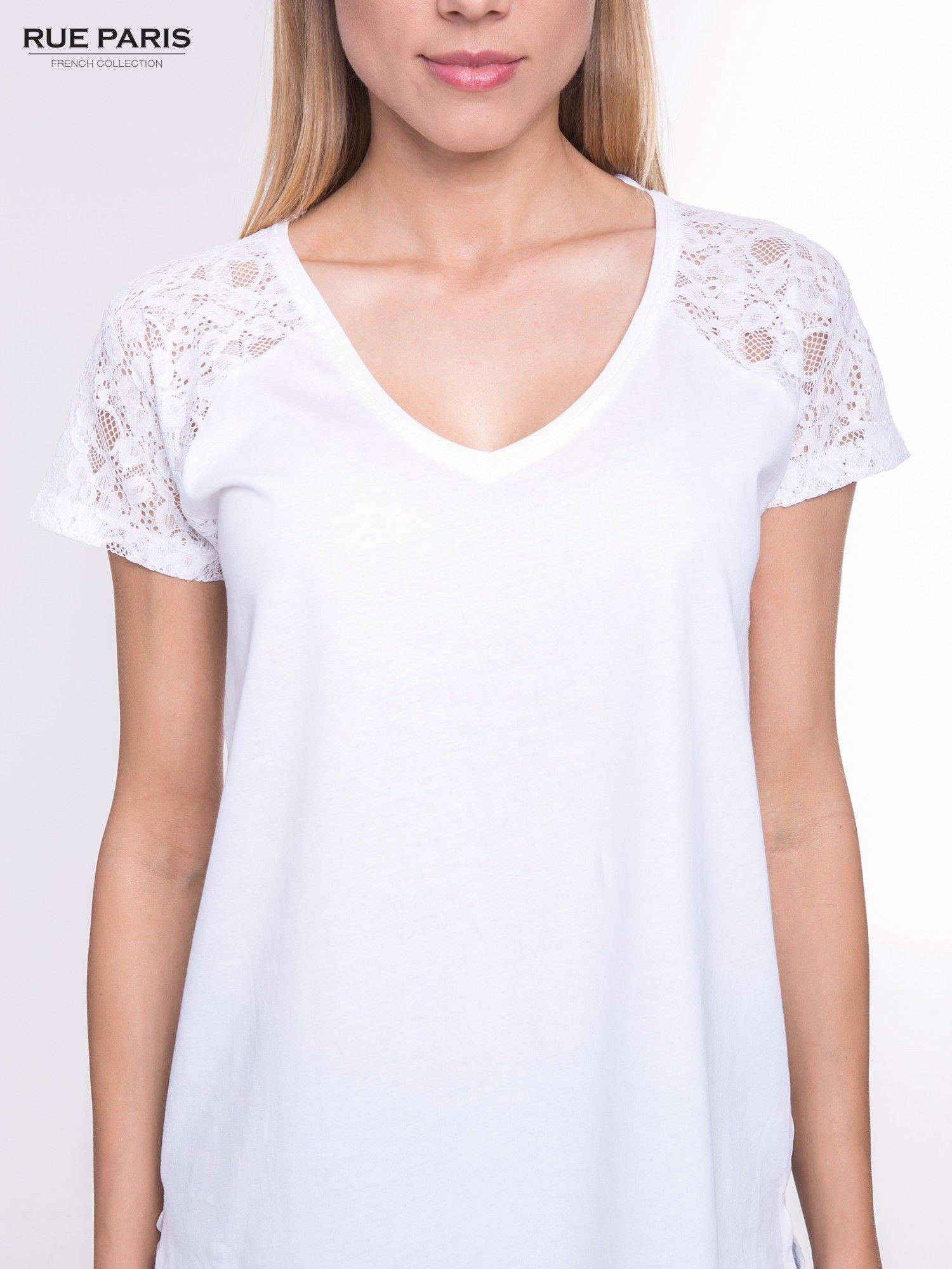 Biały t-shirt z koronkowymi rękawami i szyfonowym tyłem                                  zdj.                                  7