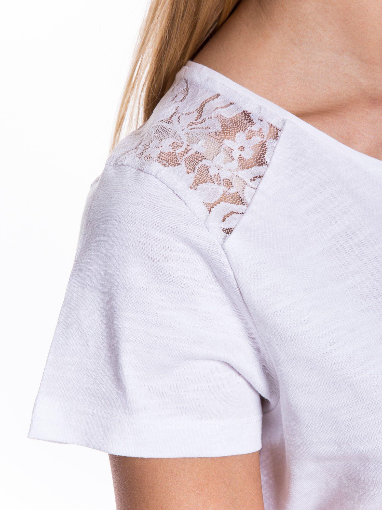 Biały t-shirt z koronkowymi wstawkami                                  zdj.                                  4