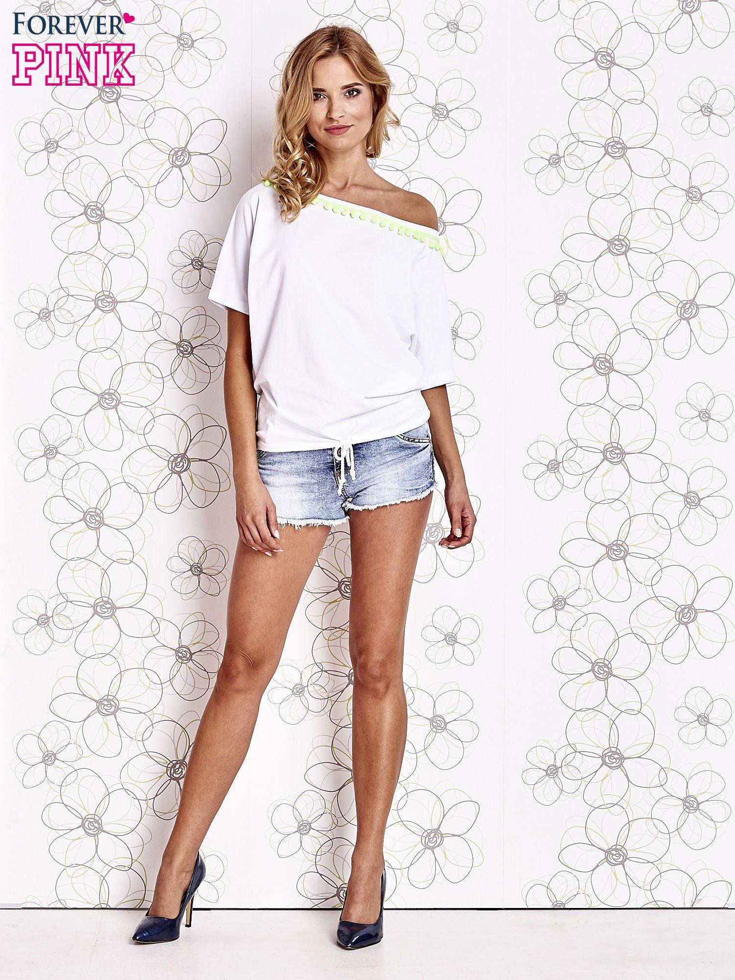 Biały t-shirt z limonkowymi pomponikami przy dekolcie                                  zdj.                                  2