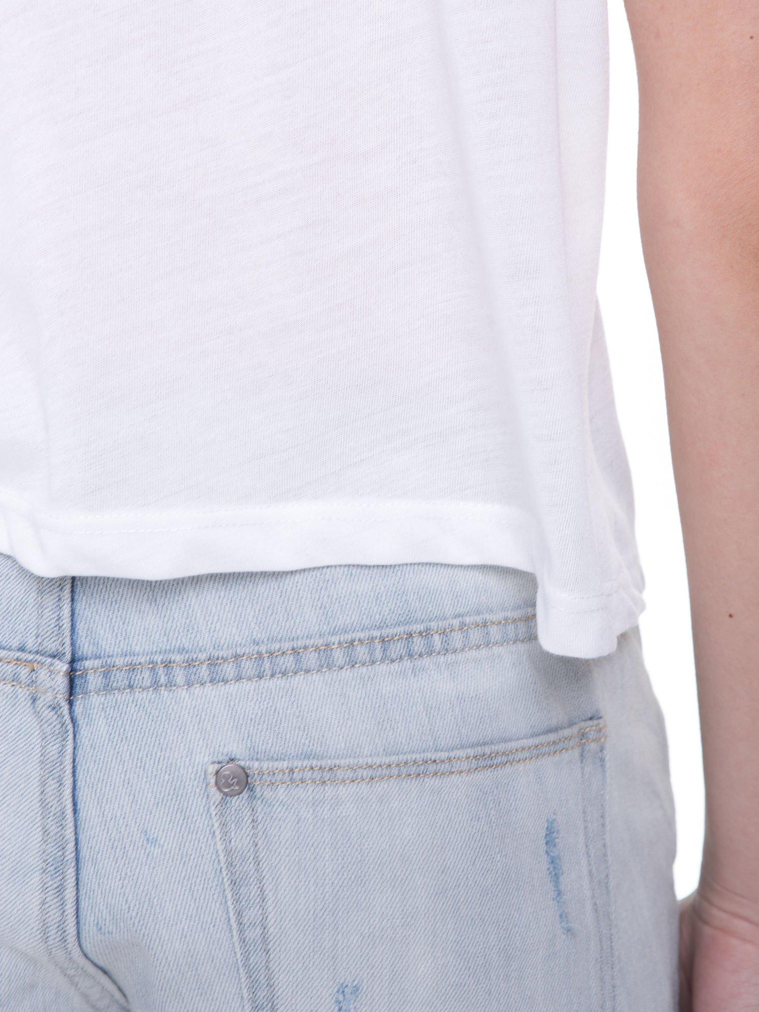 Biały t-shirt z literą B i kontrastowymi rękawami w stylu baseballowym                                  zdj.                                  10