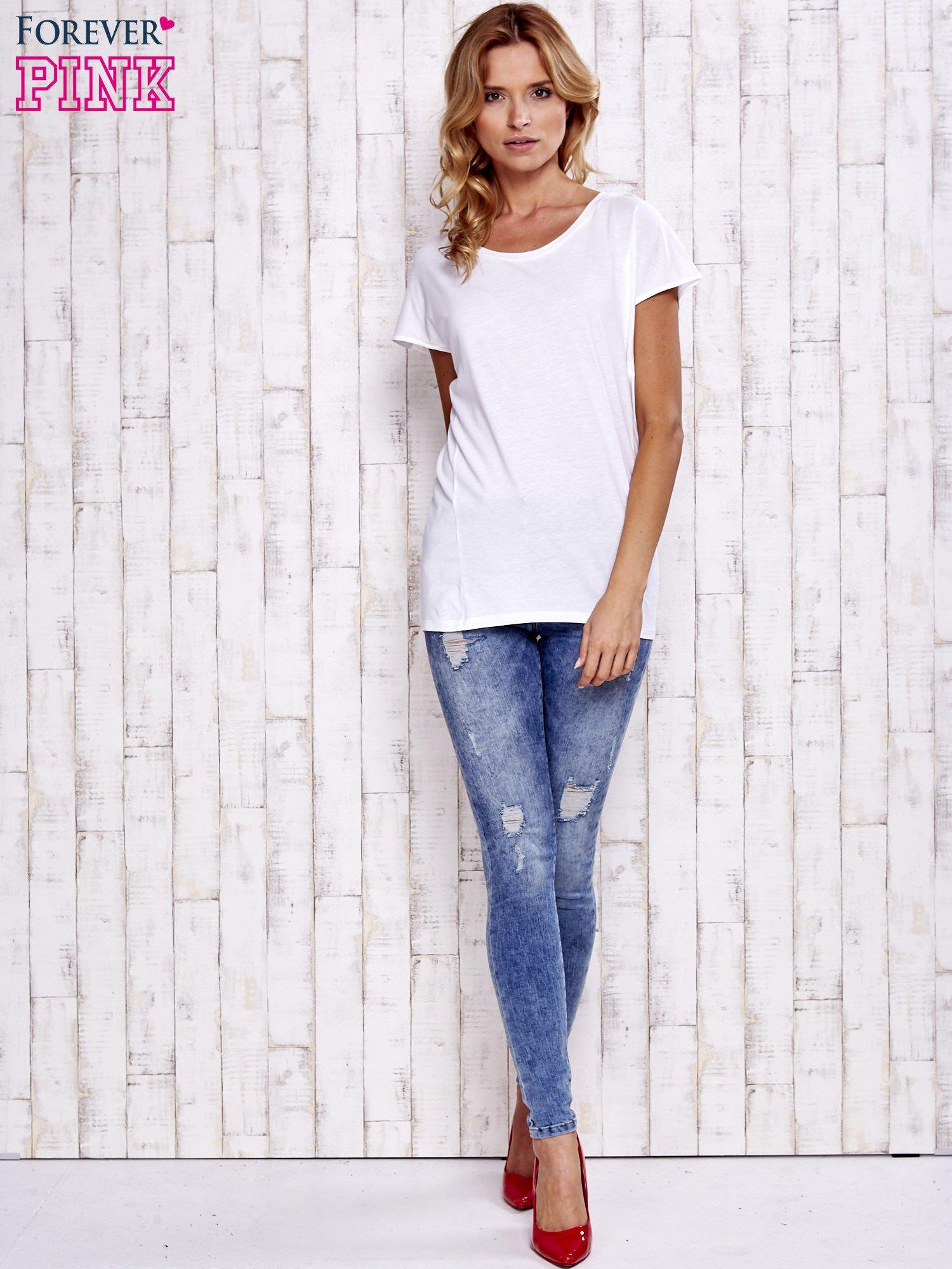 Biały t-shirt z modelującymi przeszyciami                                  zdj.                                  2