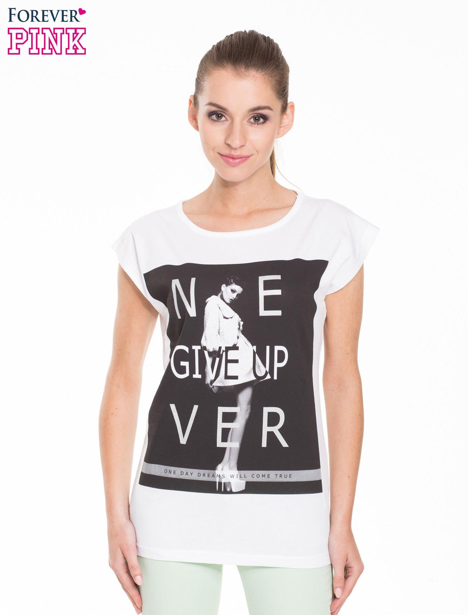 Biały t-shirt z modowym nadrukiem                                   zdj.                                  1