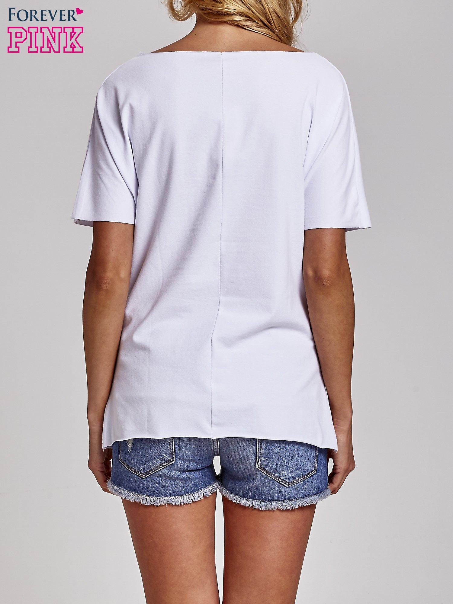 Biały t-shirt z motywem serce i krzyżyk                                  zdj.                                  4