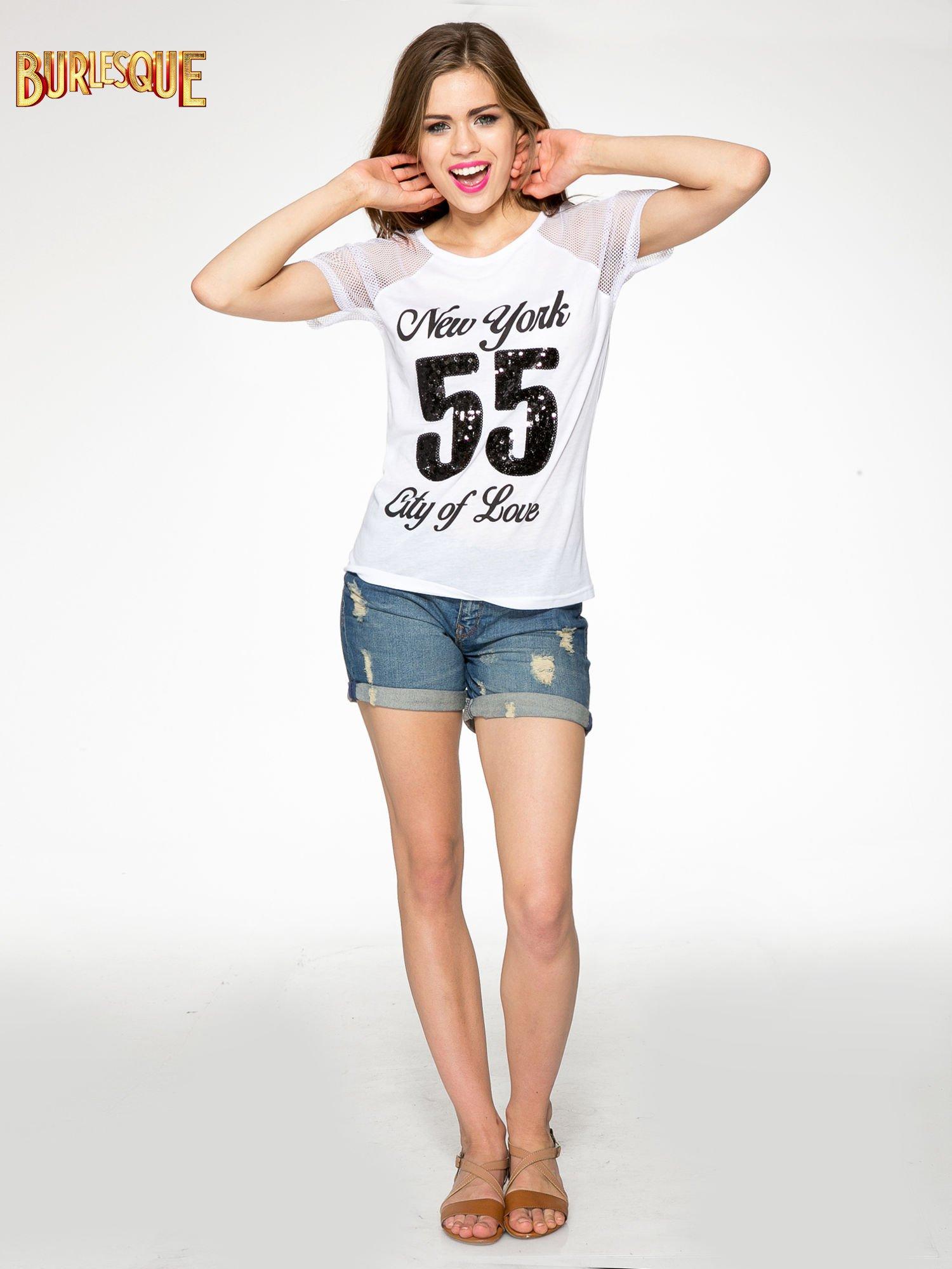 Biały t-shirt z nadrukiem NEW YORK 55 i siatkowymi rękawami                                  zdj.                                  2
