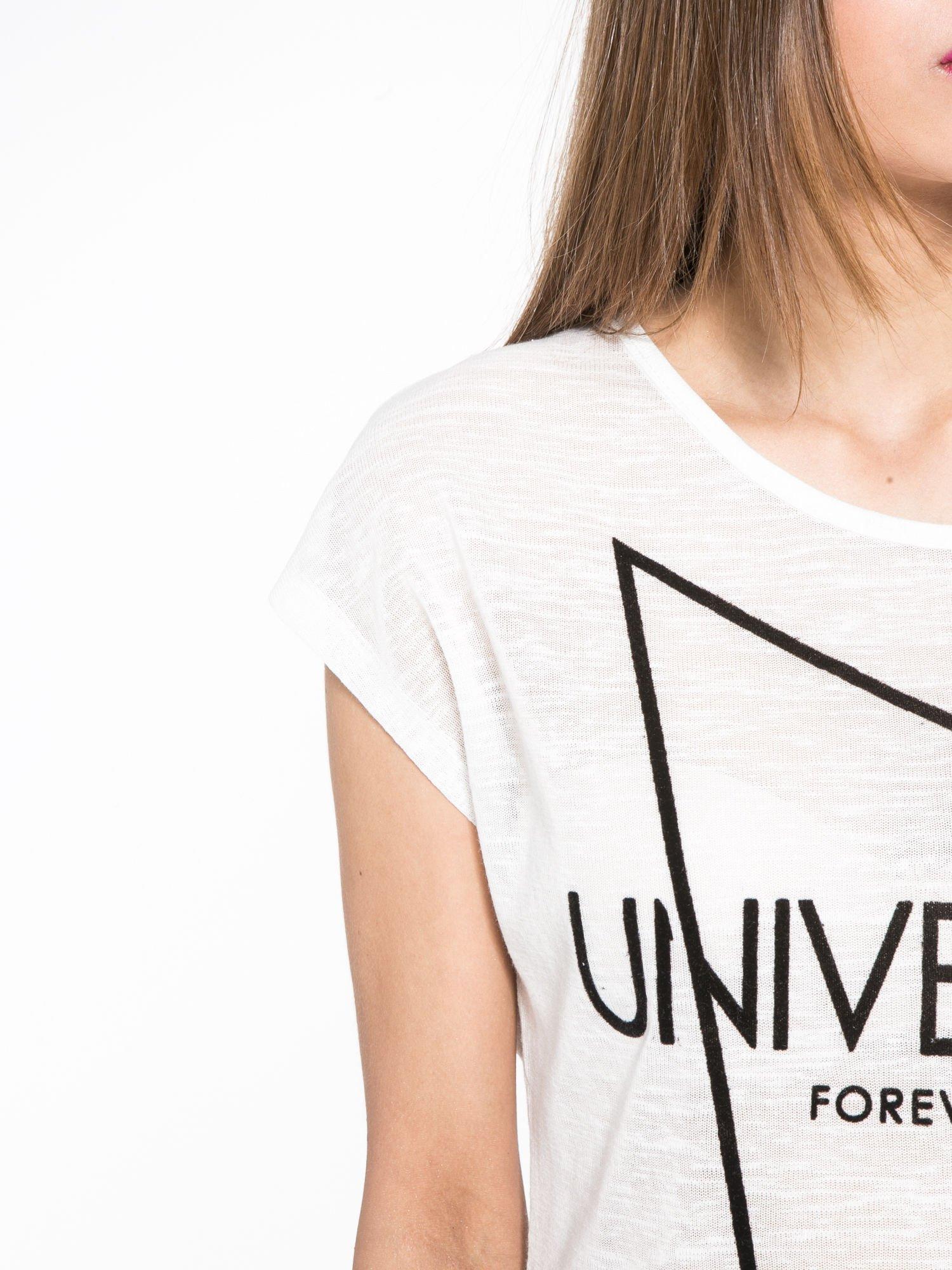 Biały t-shirt z nadrukiem UNIVERSITY FORVER                                  zdj.                                  5