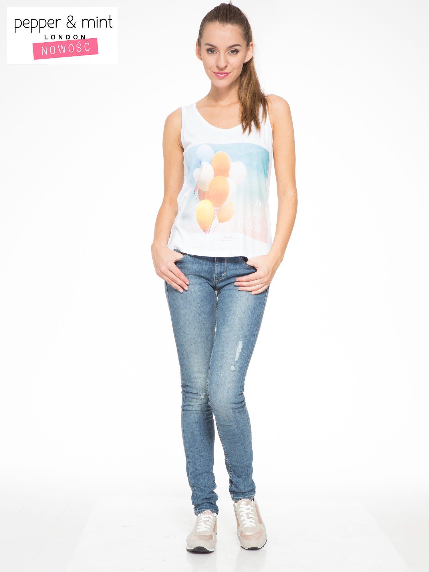 Biały t-shirt z nadrukiem balonów                                  zdj.                                  5