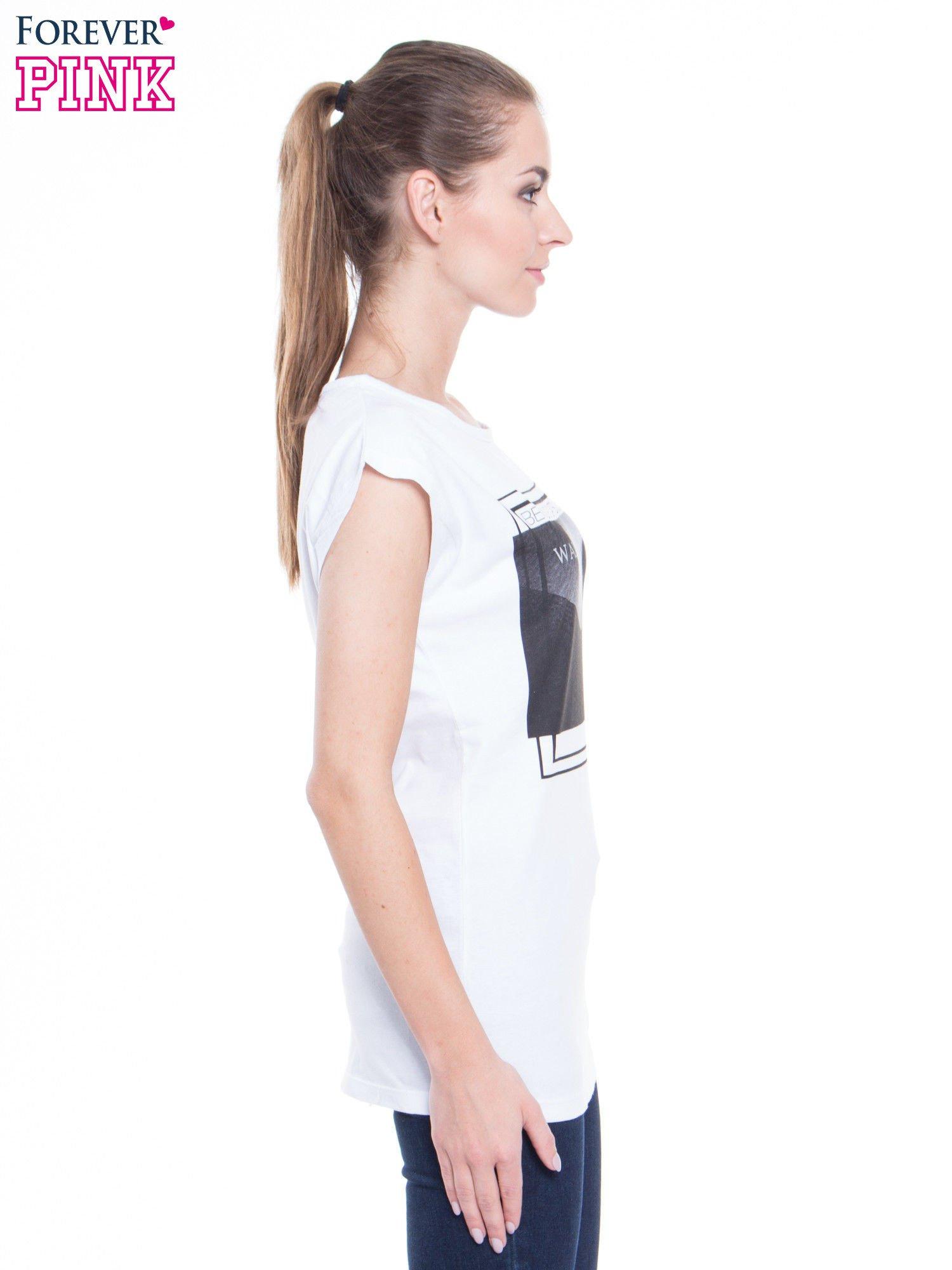 Biały t-shirt z nadrukiem kobiety-kota                                  zdj.                                  2