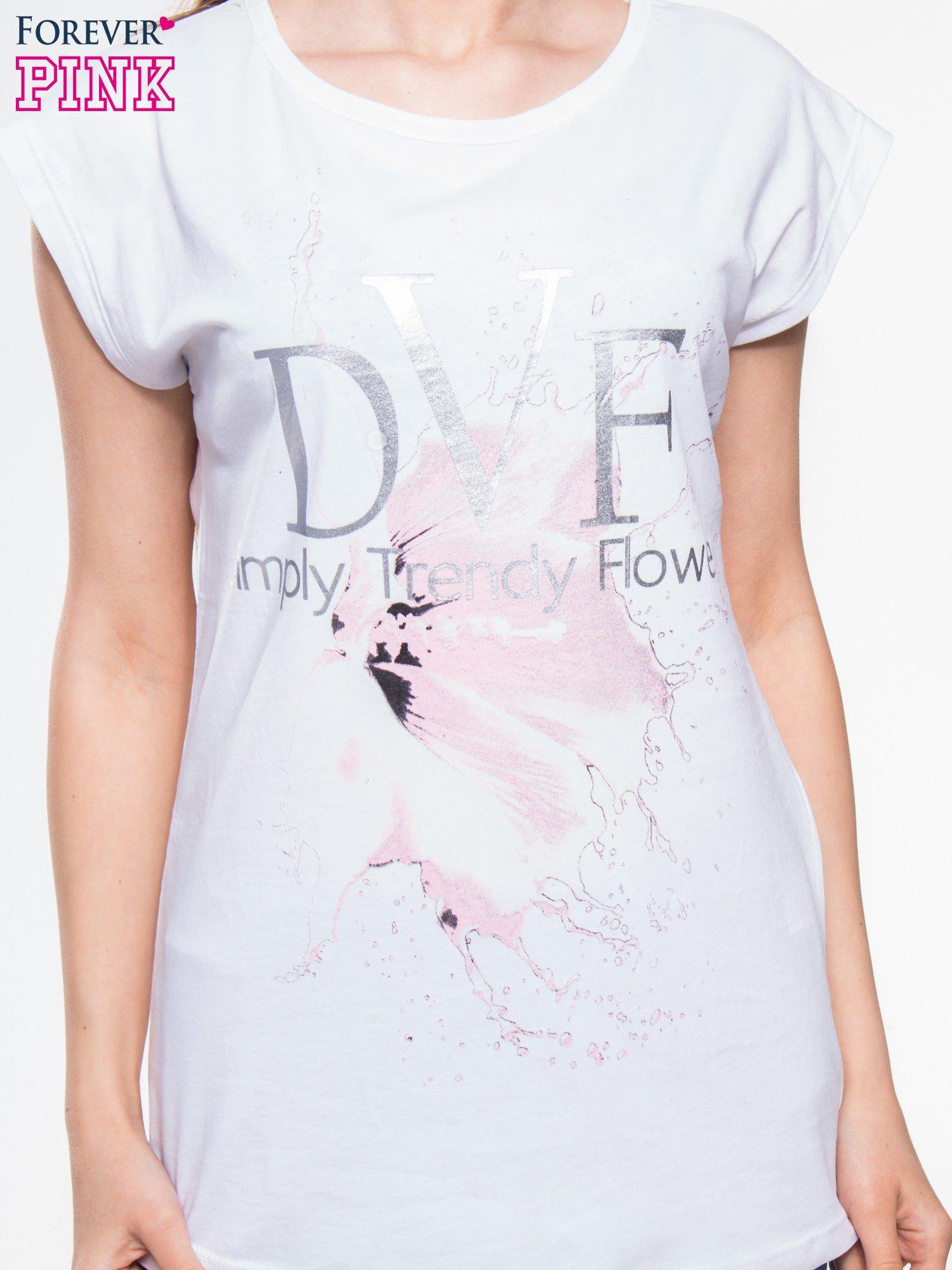Biały t-shirt z nadrukiem kwiatu                                  zdj.                                  4