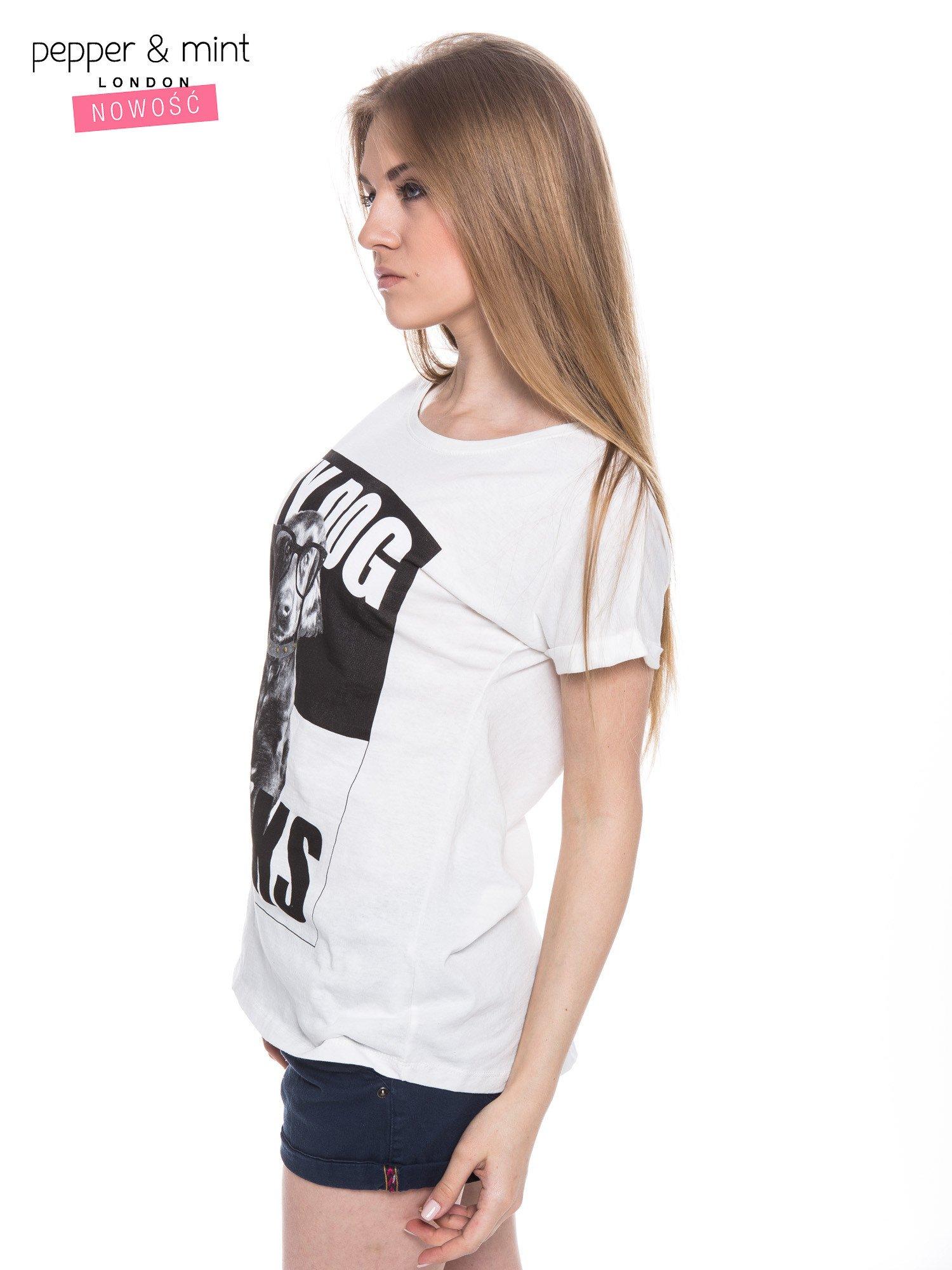 Biały t-shirt z nadrukiem psa w nerdach                                  zdj.                                  2